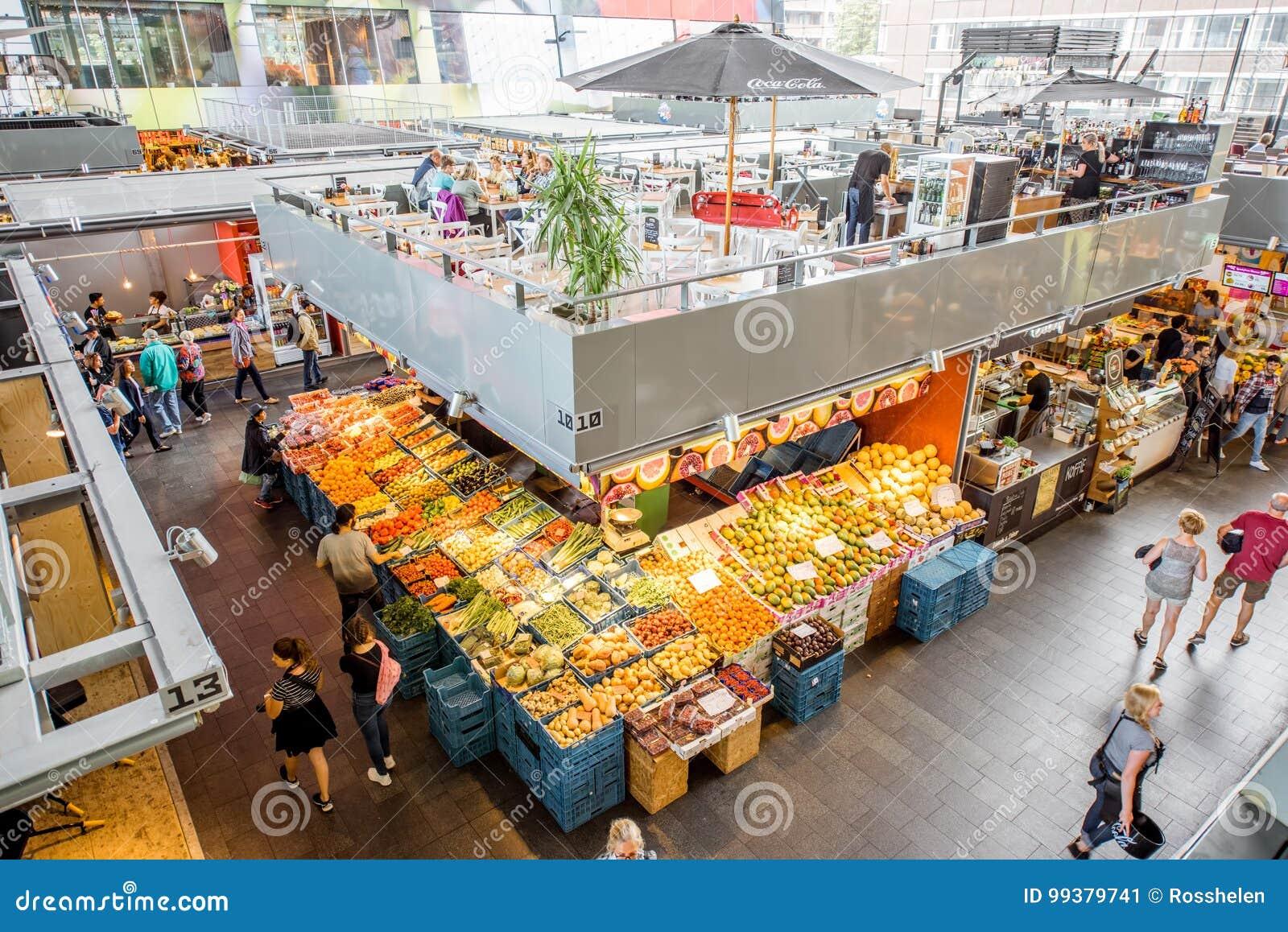 0700e126a8 ROTTERDAM, PAESI BASSI - 6 agosto 2017: Interno della costruzione  innovatrice del corridoio del mercato a Rotterdam Questa costruzione ha gli  appartamenti ...