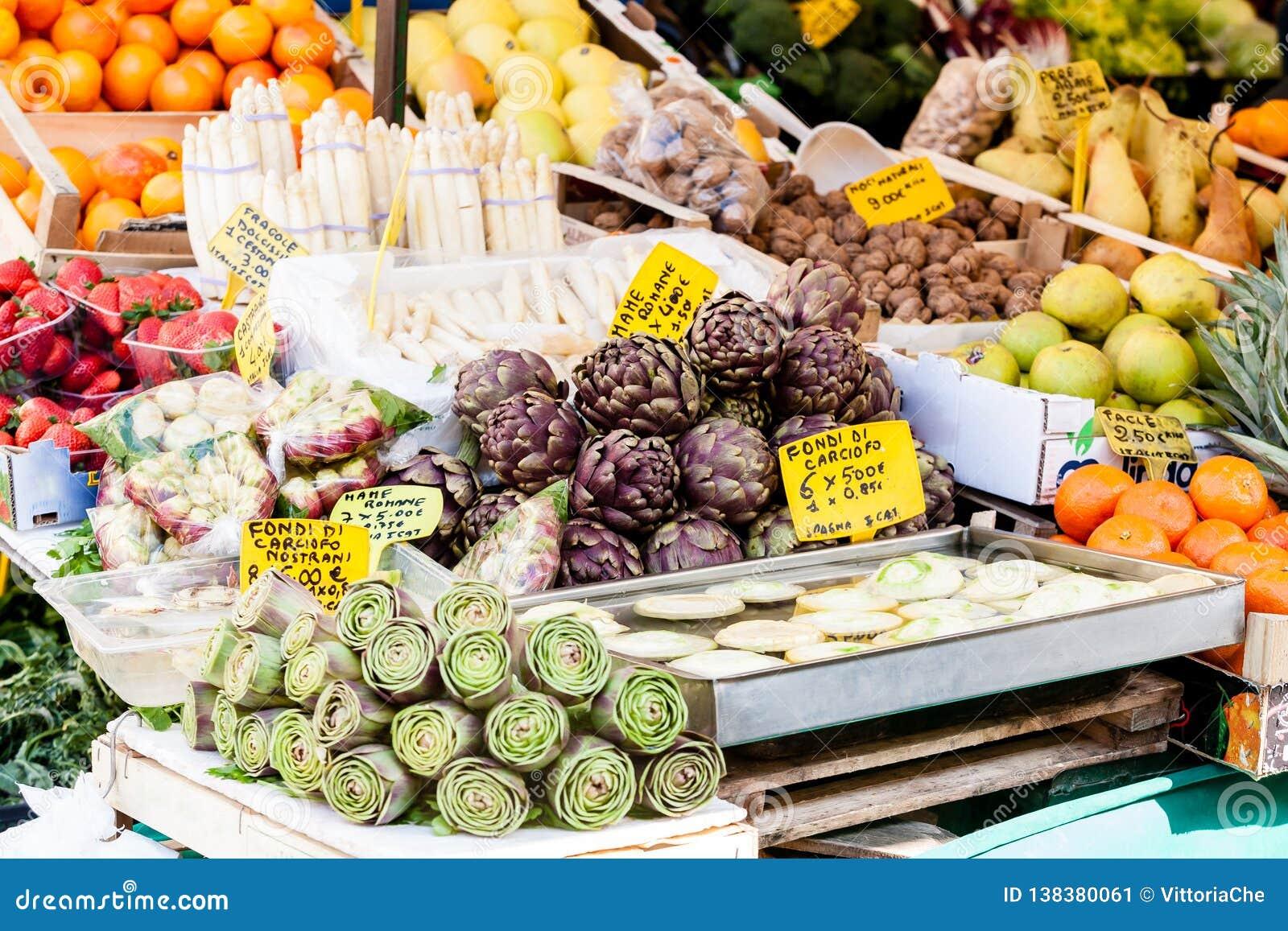 Mercato dell alimento degli agricoltori con le verdure fresche, varie, stagionali, organiche e la frutta