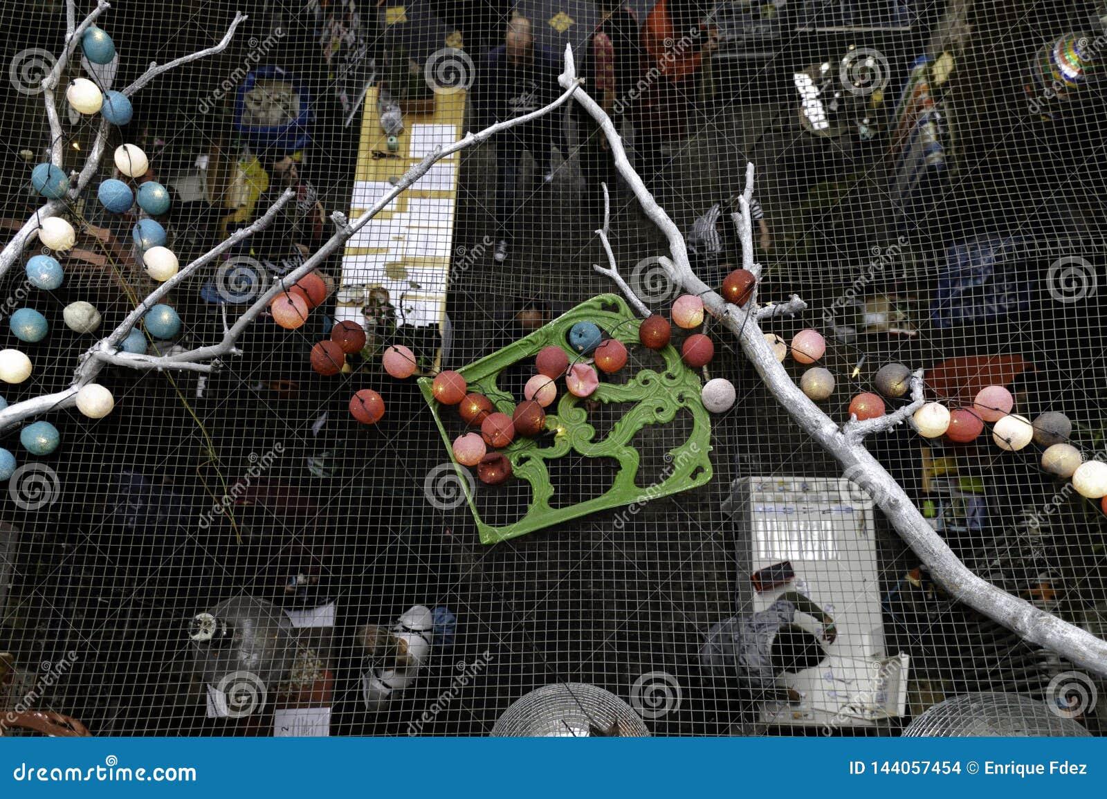 Mercato di Budapest visto dall ultimo piano con la decorazione del soffitto con le candele, le palle colorate ed altre, Budapest,