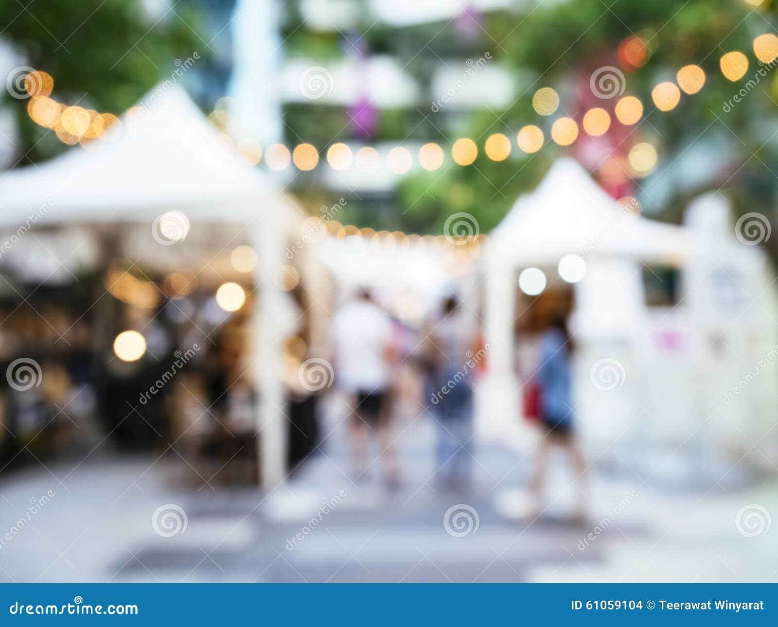Mercato di eventi di festival della sfuocatura all aperto con la gente