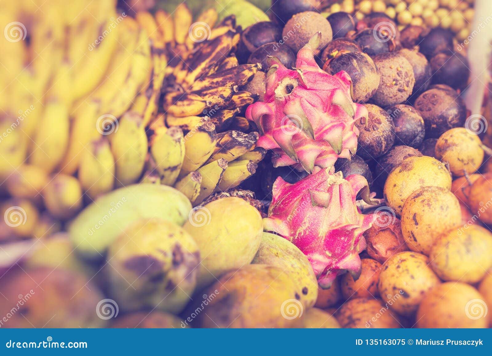 Mercato di frutta dell aria aperta del villaggio in Bali Fuoco selettivo