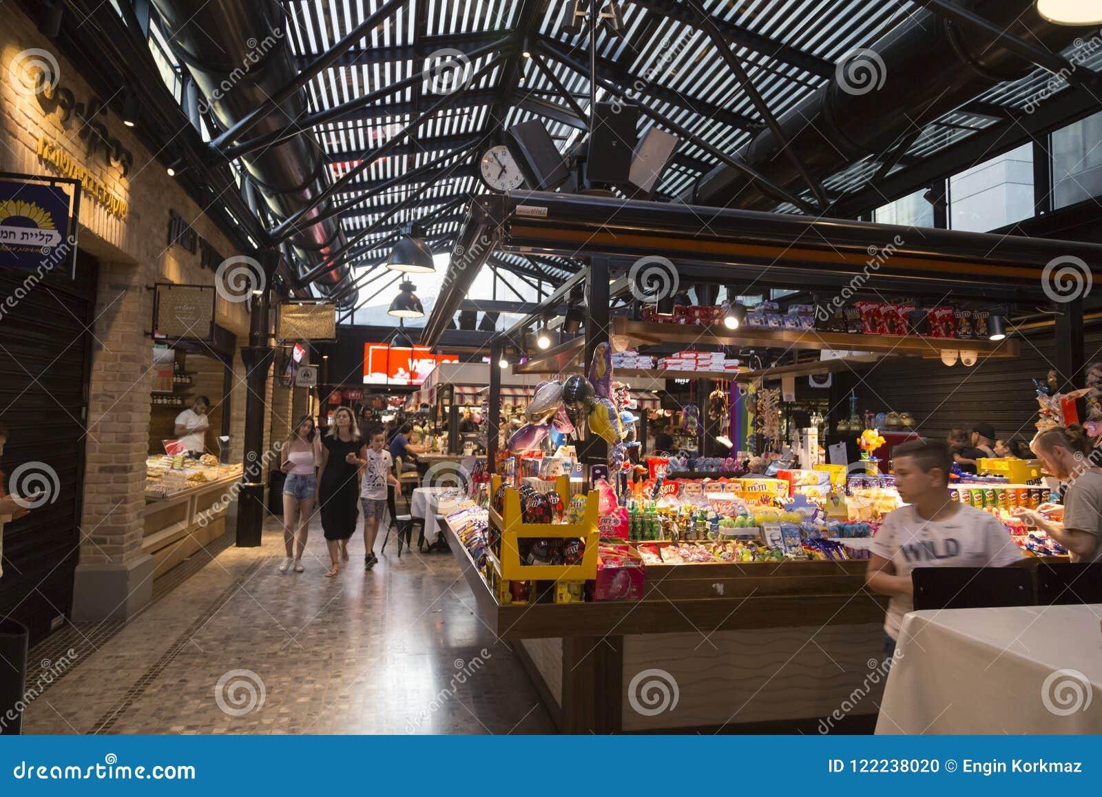 5ae70fcd73 Tel Aviv, Israele - 9 giugno 2018: Negozi di alimento, ristoranti, caffè e  drogherie dentro il mercato di Sarona, il mercato moderno dell'alimento di  Tel ...