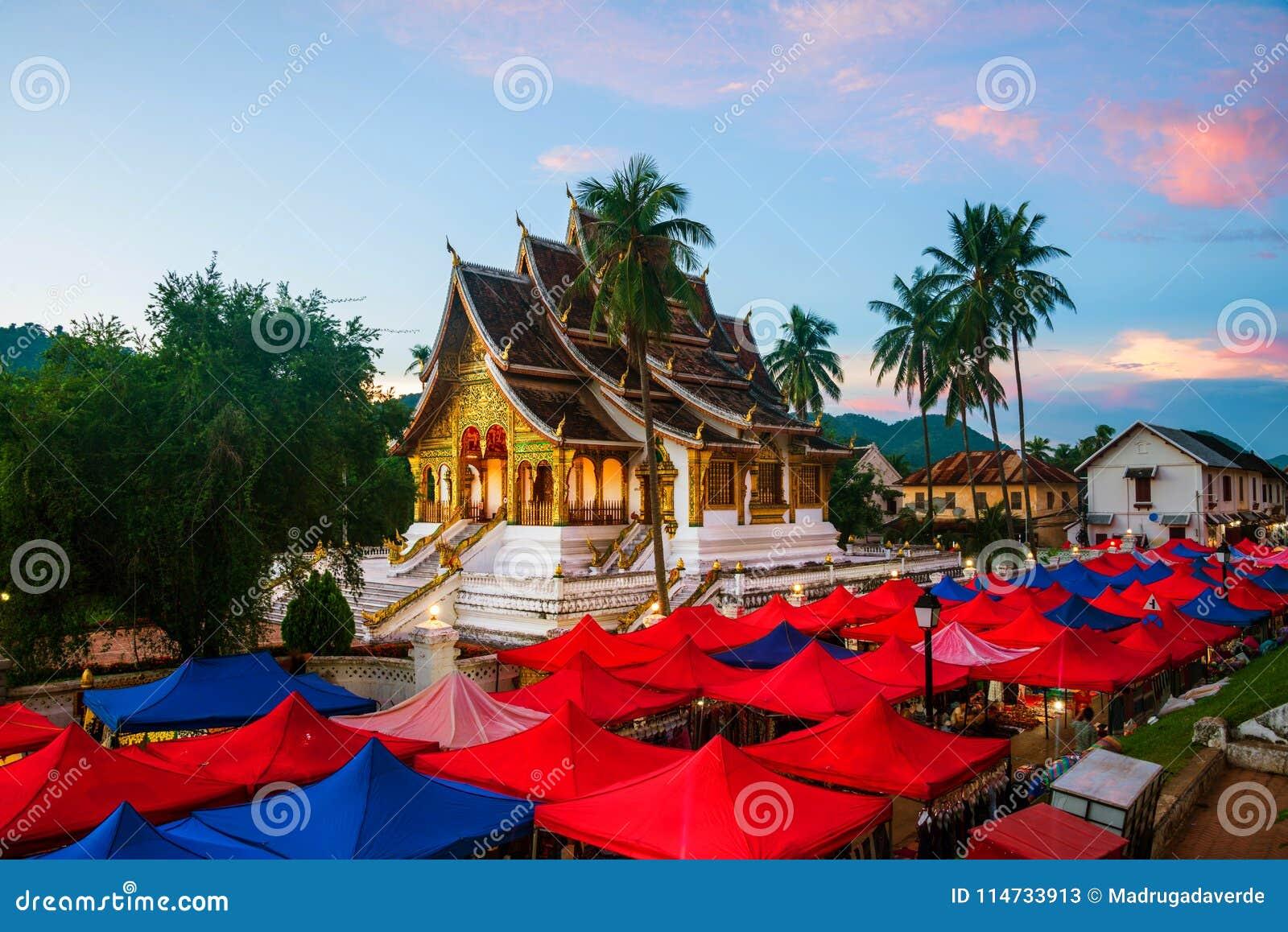 Mercato famoso di notte in Luang Prabang, Laos con il cielo illuminato di tramonto e del tempio
