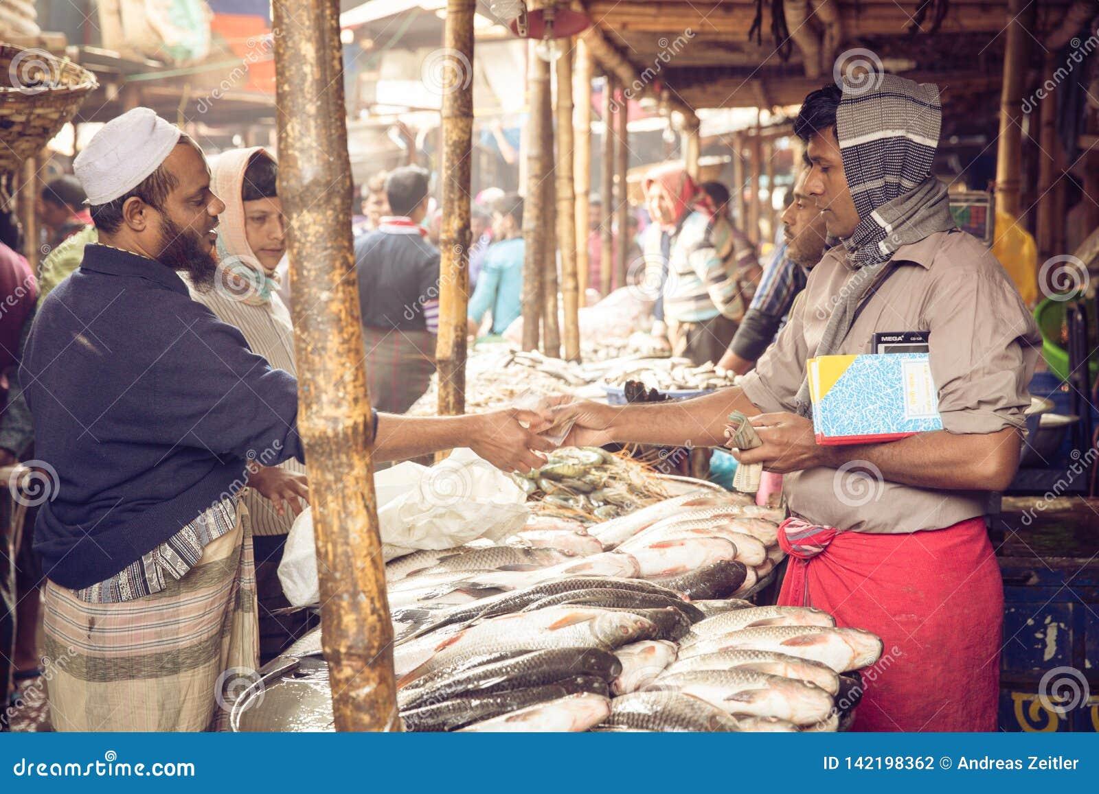 Mercato ittico nella capitale occupata di Dacca, Bangladesh