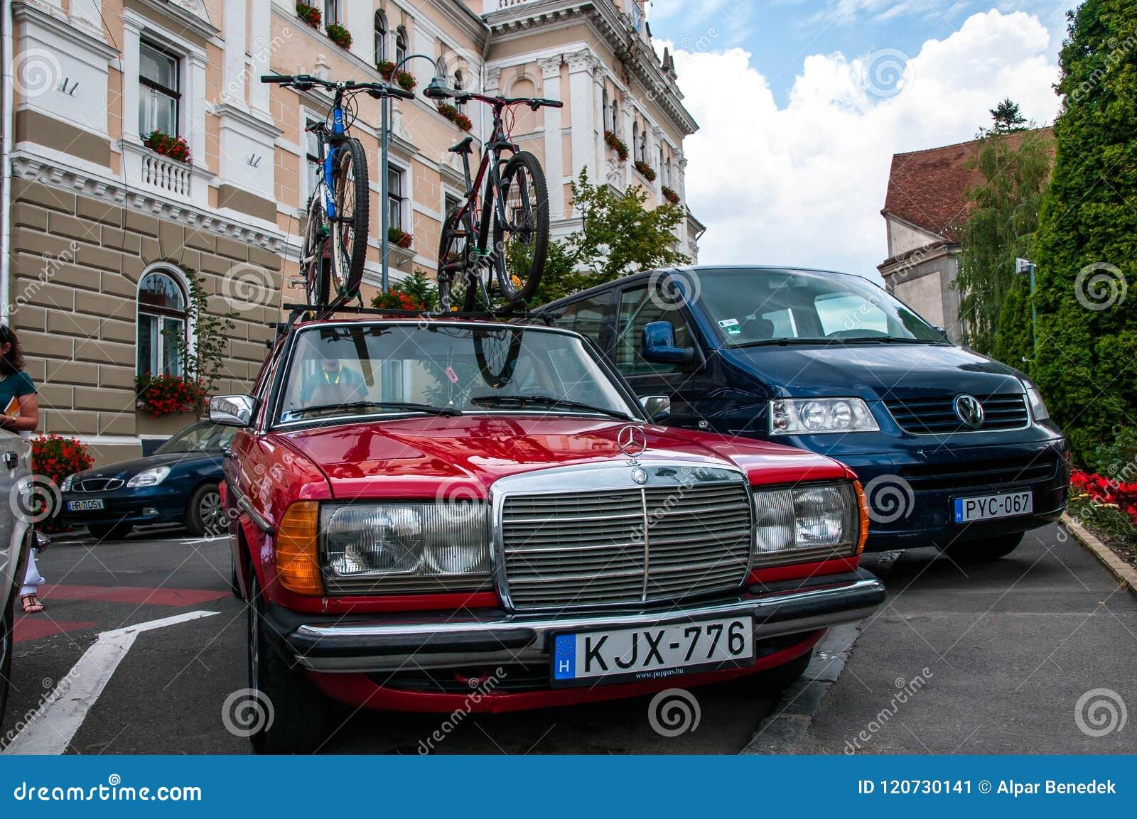 Mercedes Benz Anziana Che Trasporta Le Biciclette Sullo Scaffale Di