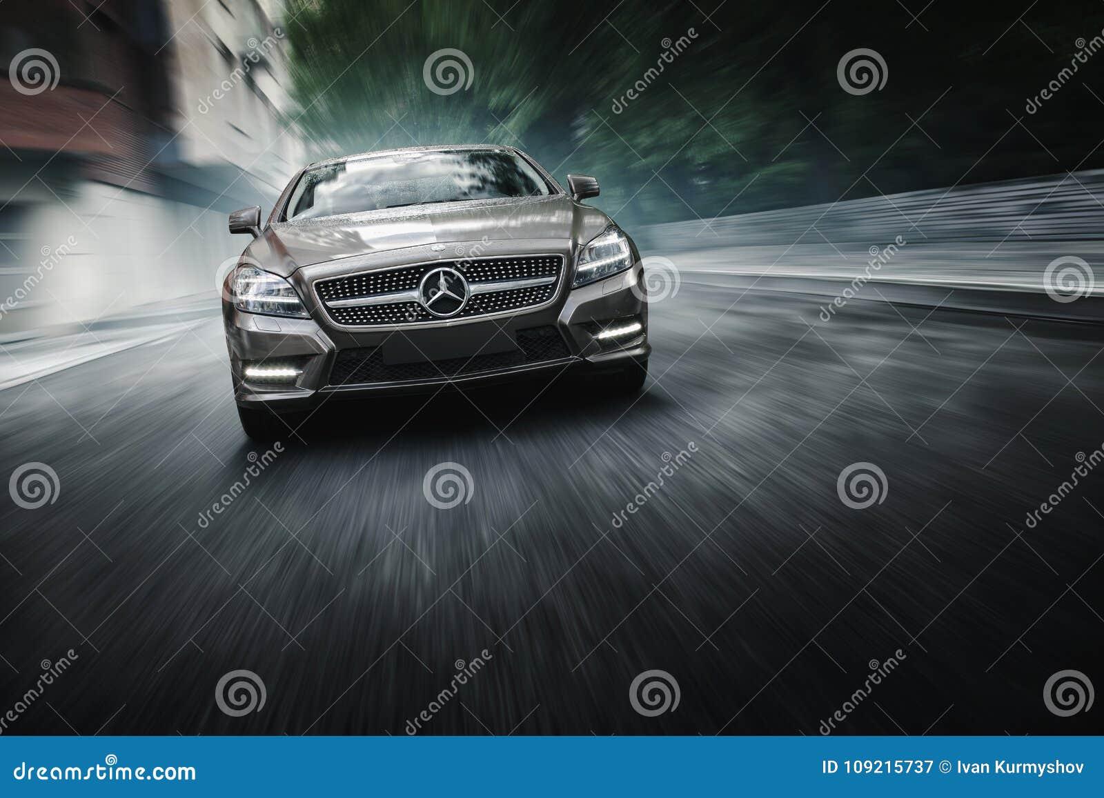 Mercedes-Benz CLS 500 4MATIC samochód jest prowadnikowymi pobliskimi budynkami biurowymi w Moskwa