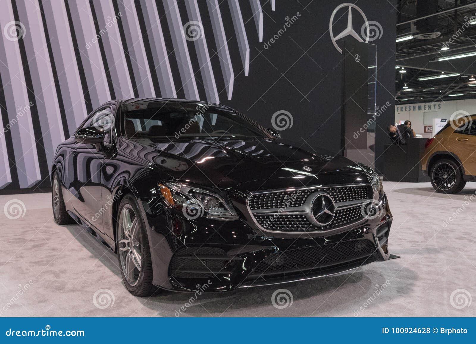 Mercedes-Benz E400 su esposizione