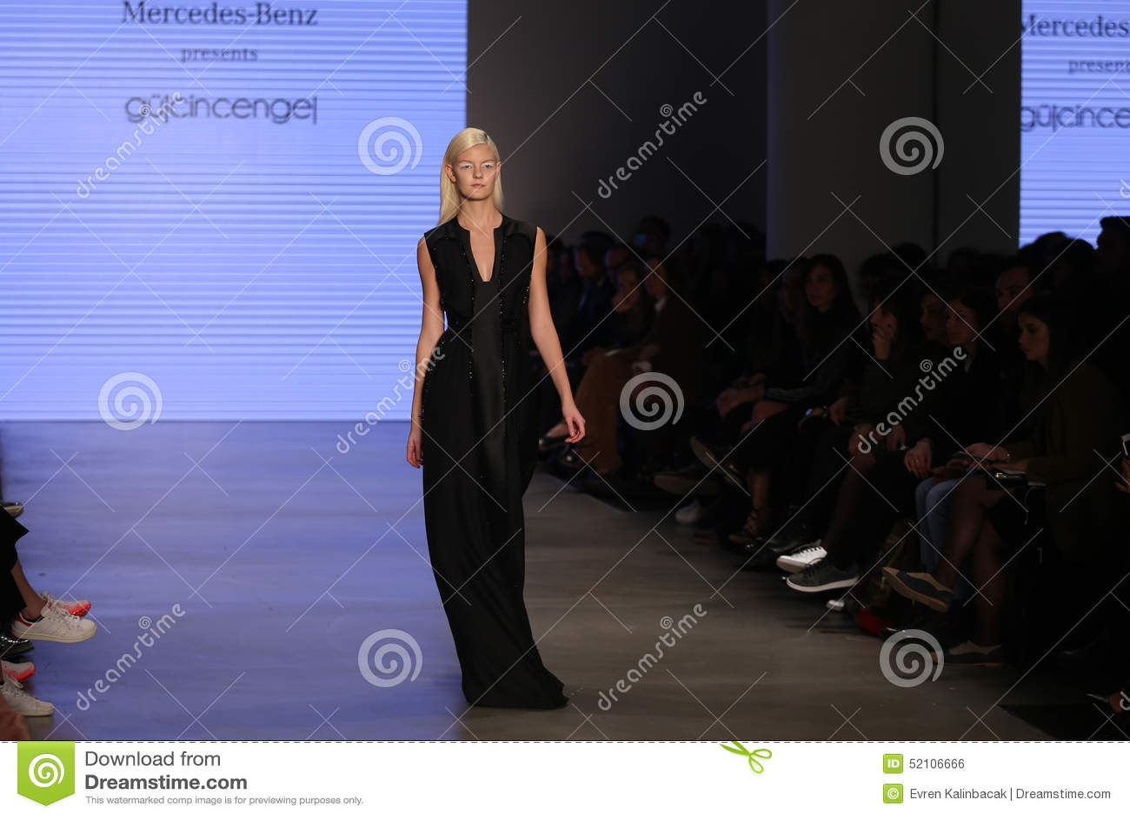 ISTAMBUL, TURQUIA   20 DE MARÇO DE 2015: Um Modelo Apresenta Uma Das  Criações As Mais Atrasadas Por Gulcin Cengel Em Mercedes Benz Fashion Week  Istanbul