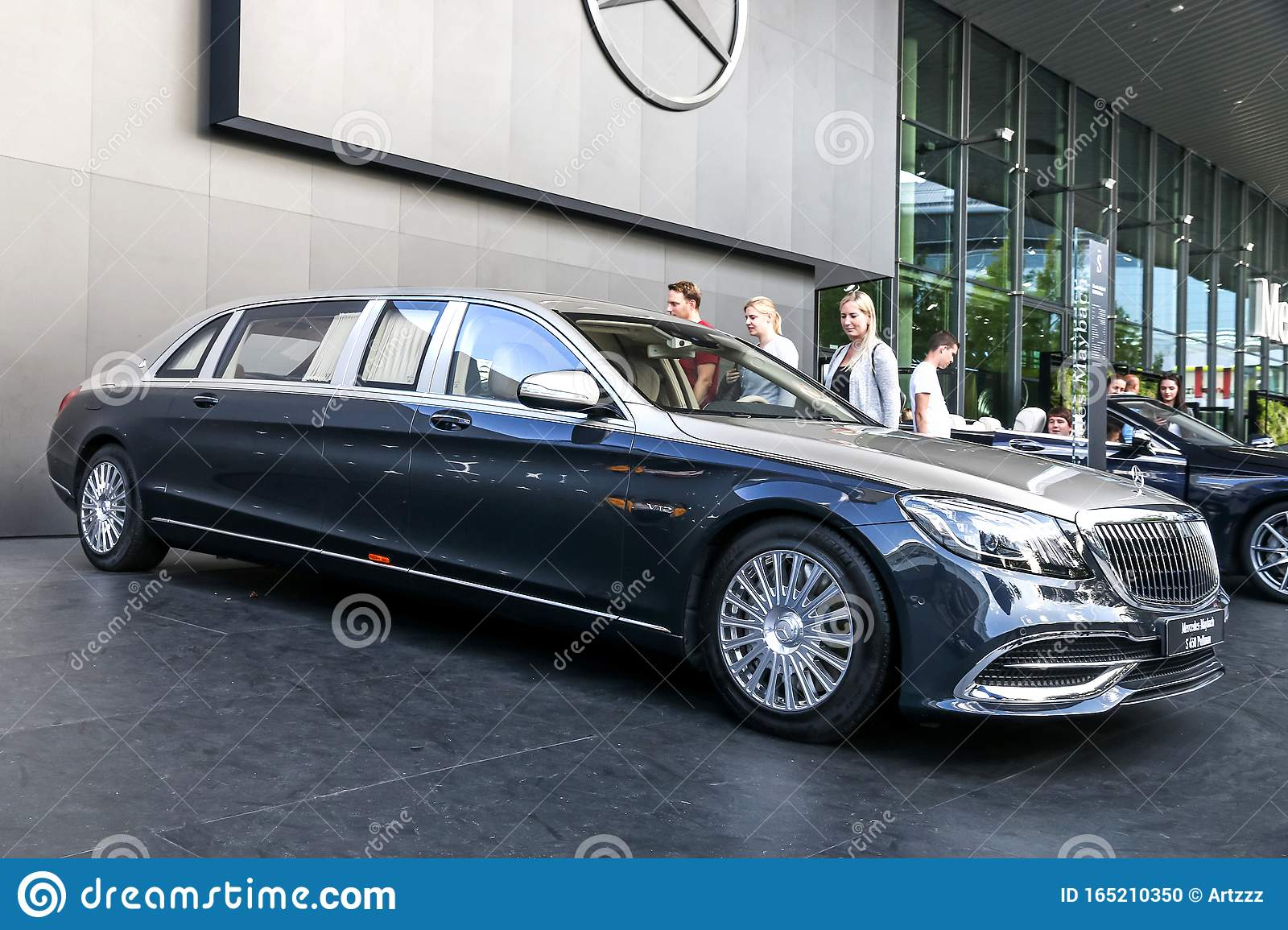 Mercedes Maybach S650 Pullman Editorial Image Image Of Executive Outdoors 165210350