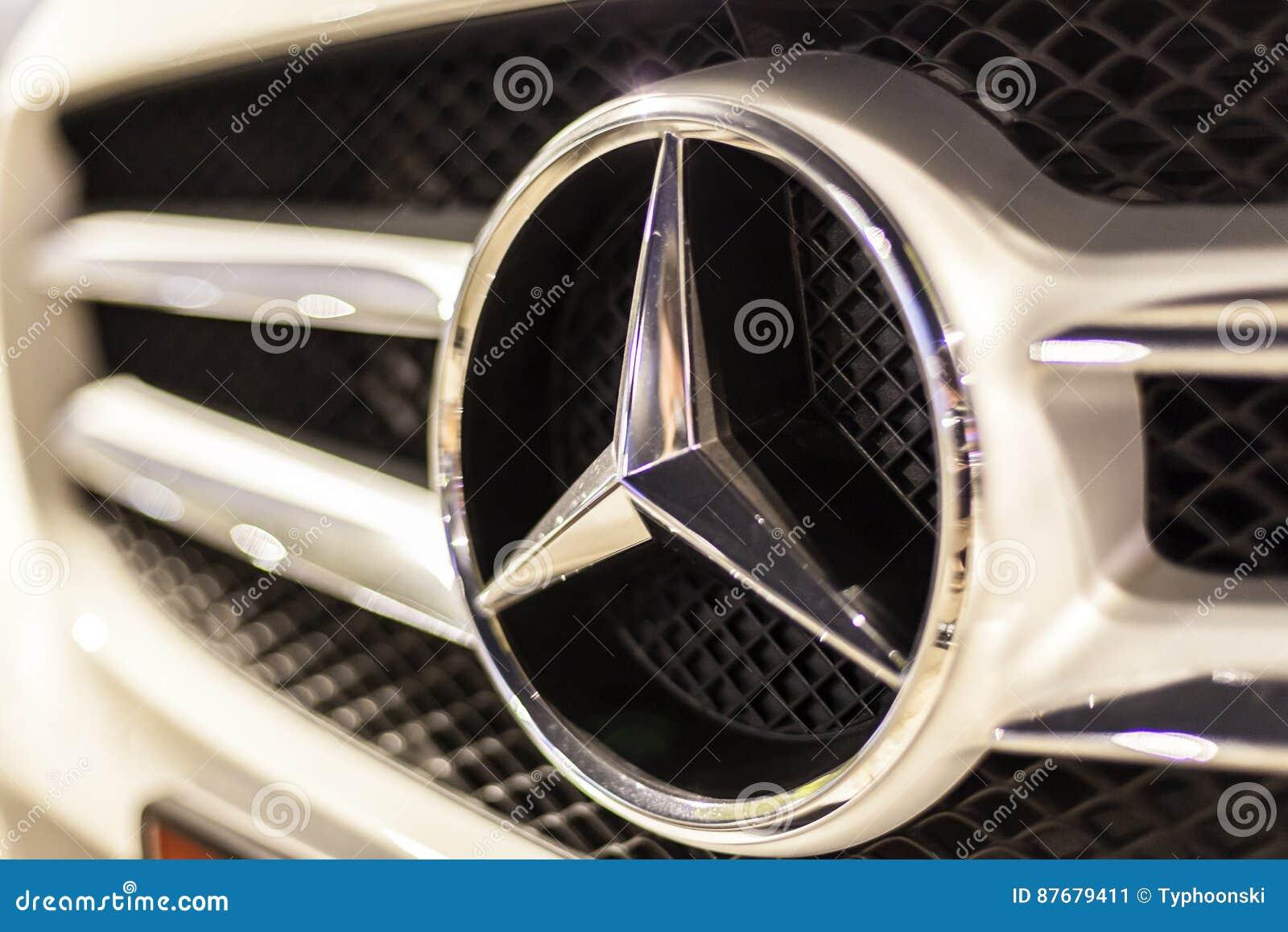Mercedez Benz logo na samochodzie