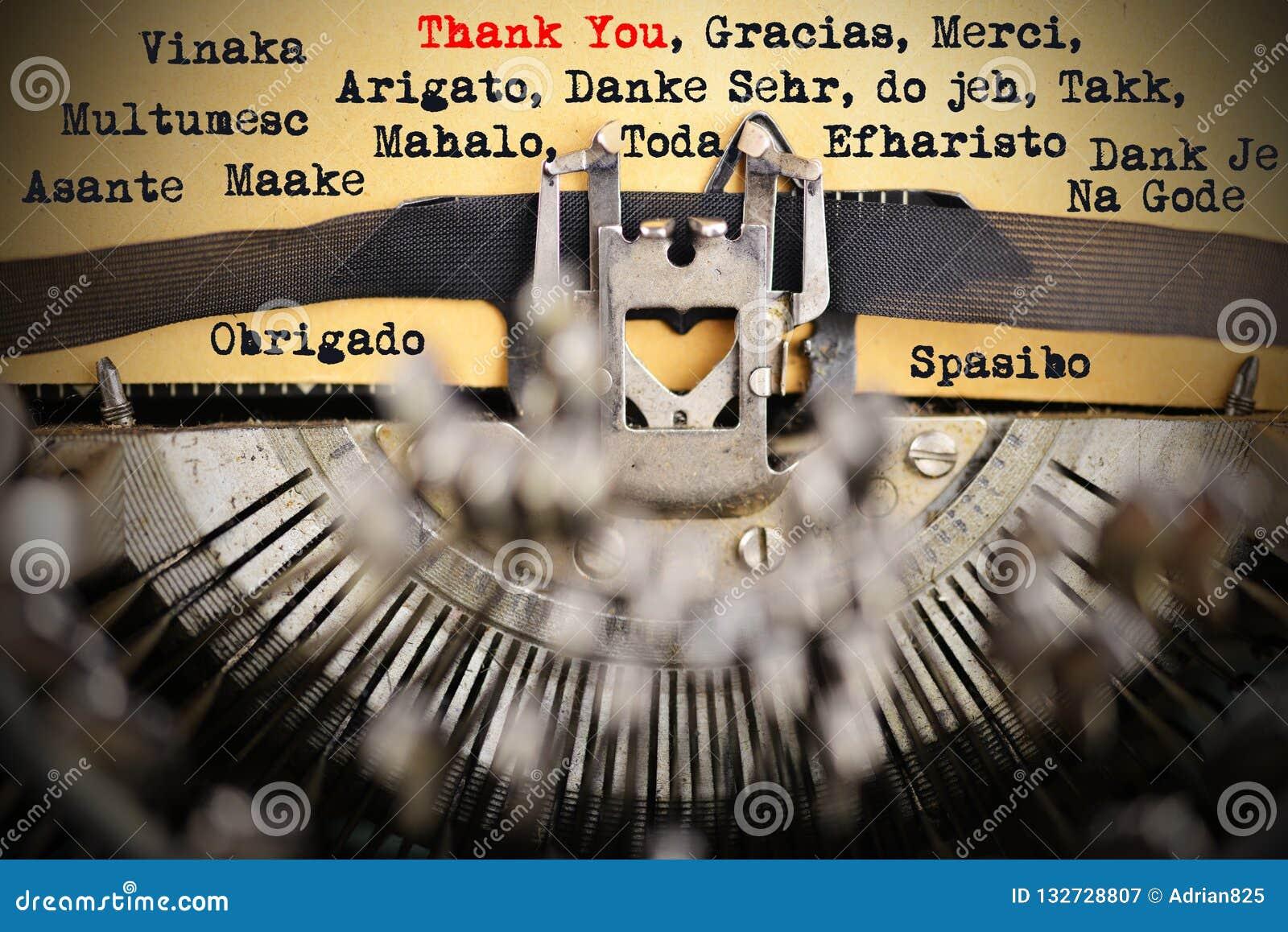 Merci dans différentes langues dactylographié par la rétro machine à écrire