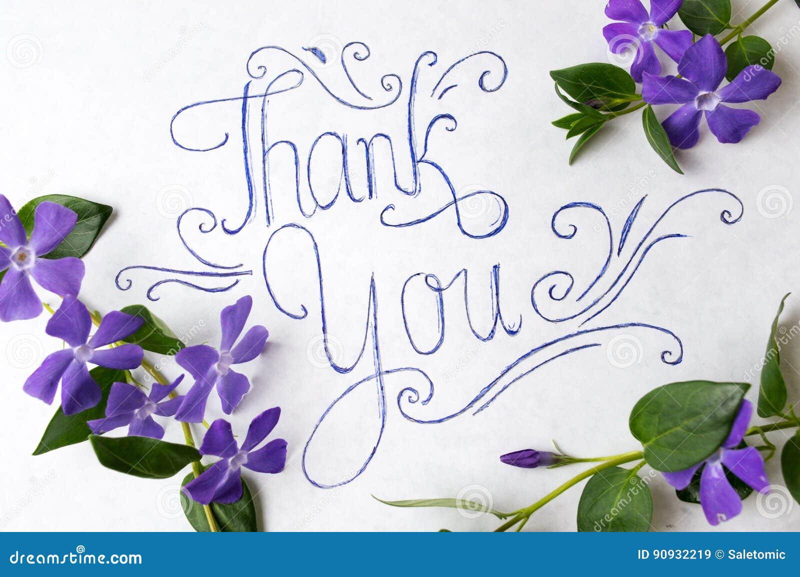 Merci noter entouré par les fleurs pourpres