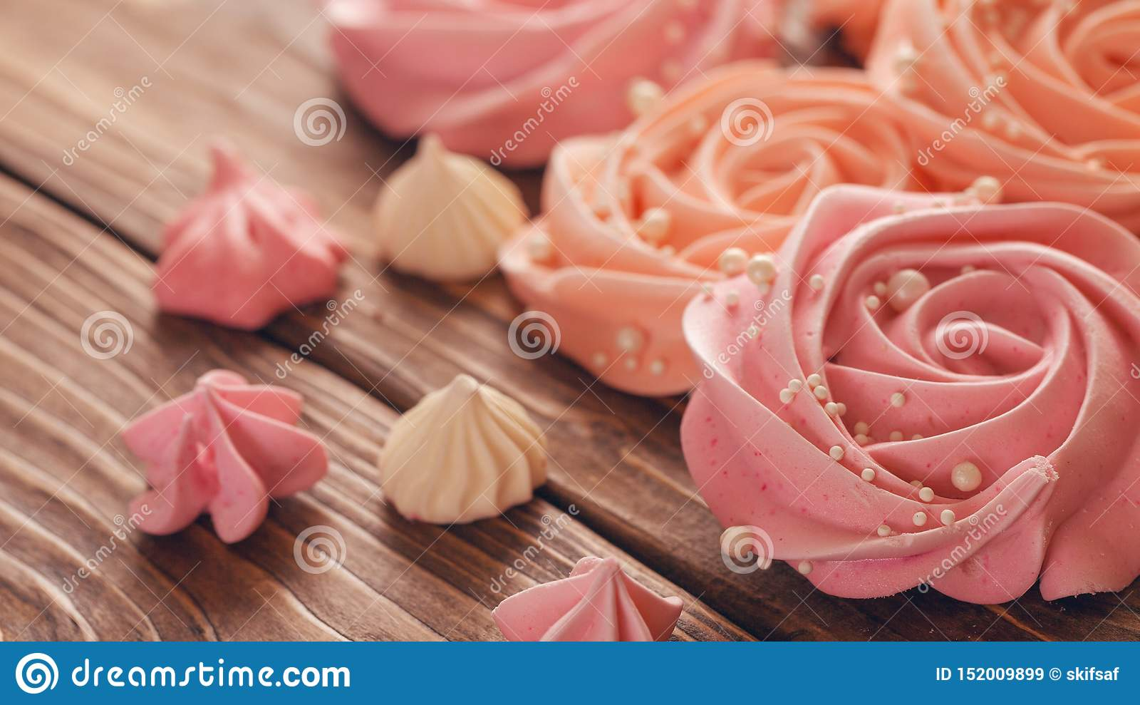Merengue p?lido - rosa en la forma de una rosa o de una flor el merengue es mucha decoraci?n de la torta