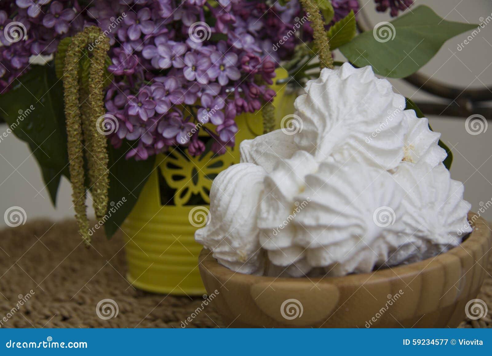 Download Merengues Dulces De La Primavera Imagen de archivo - Imagen de espuma, floración: 59234577