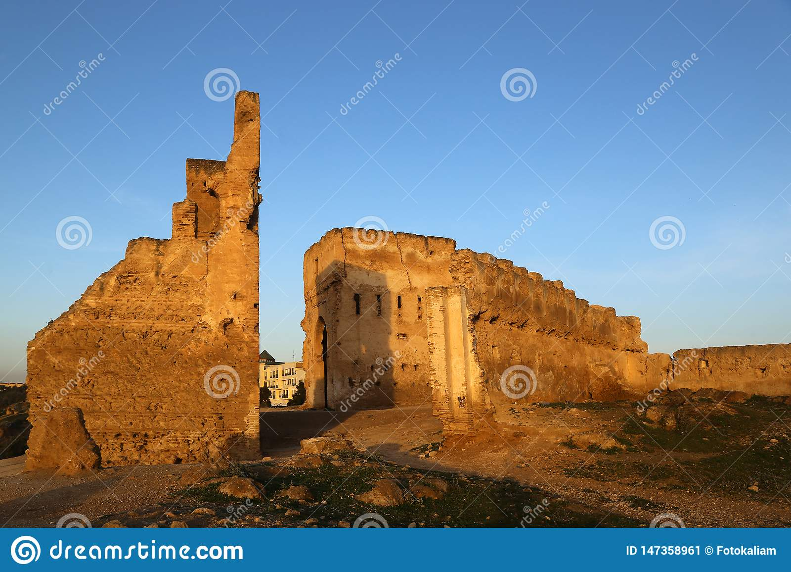 Merenides的坟茔的废墟的看法