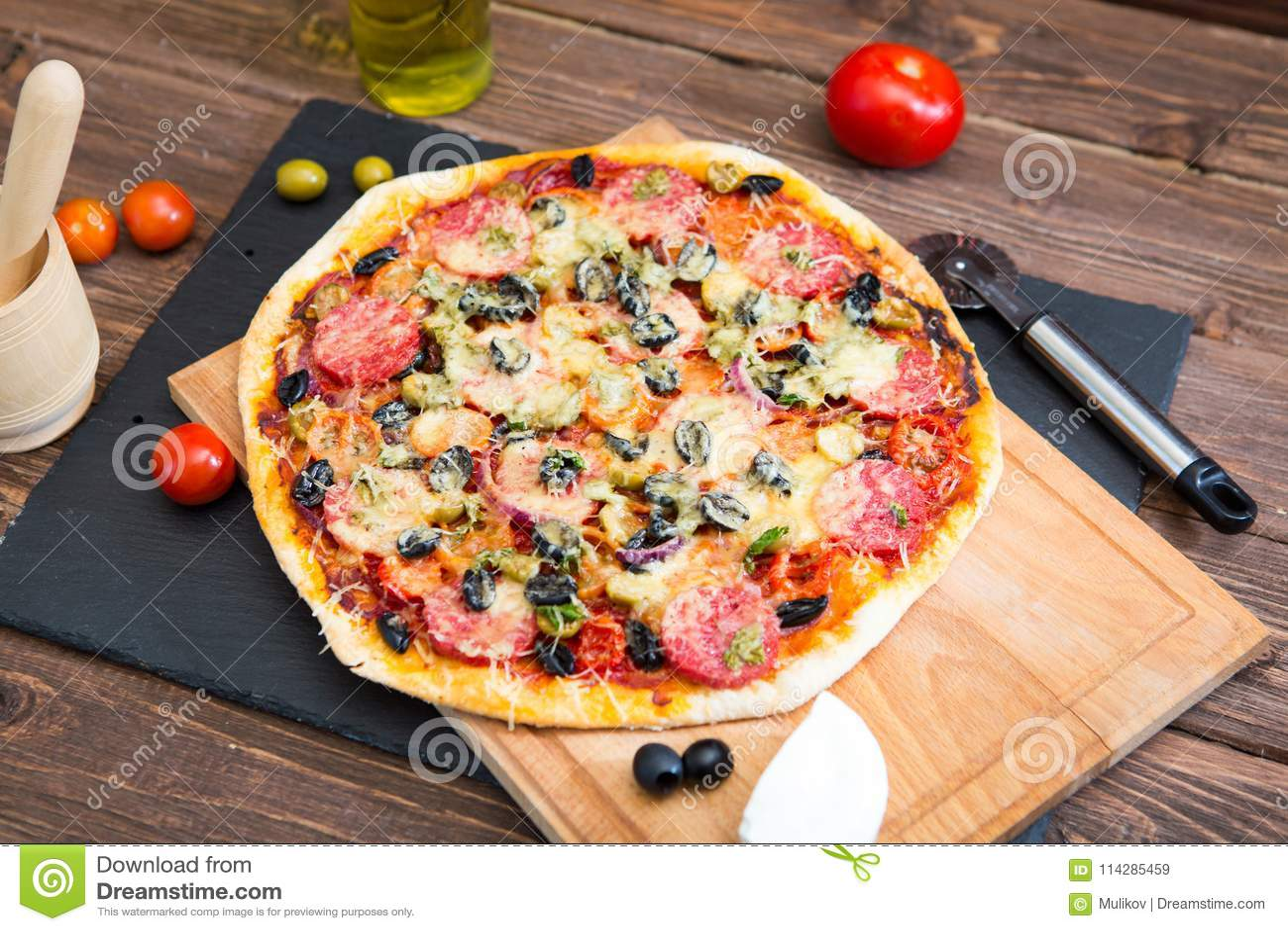 Tavola Da Mangiare.Merguez Casalinghe Calde Sulla Pizza Di Legno Della Tavola
