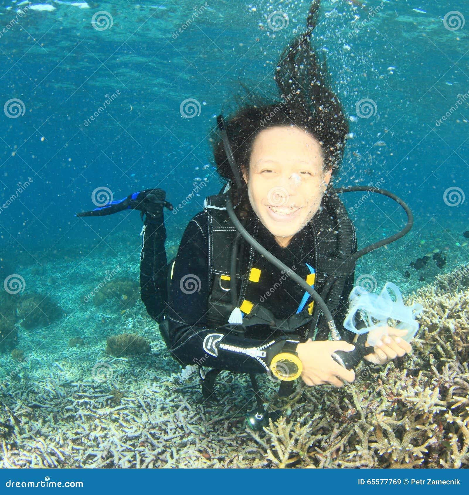 Mergulhador - menina de sorriso debaixo d água