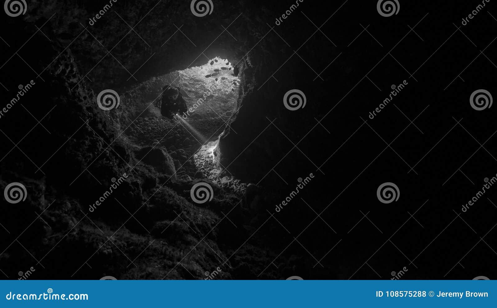 Mergulho da caverna em Alor