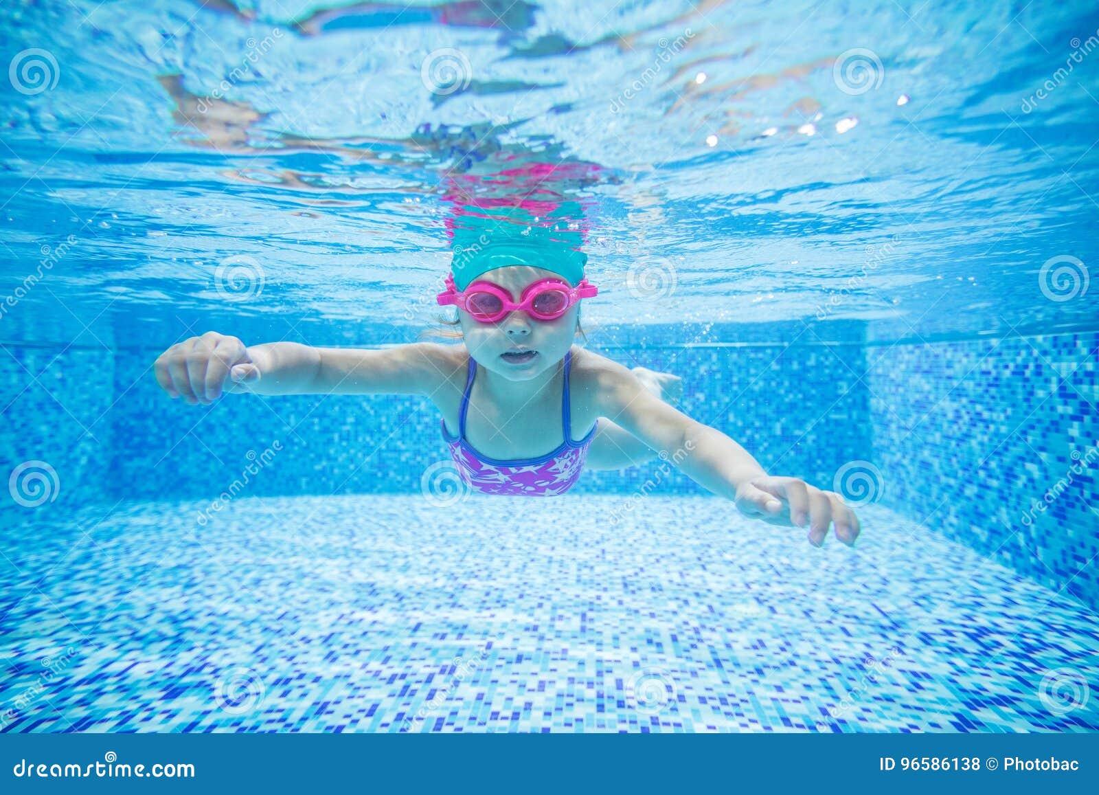 Mergulho da menina na piscina