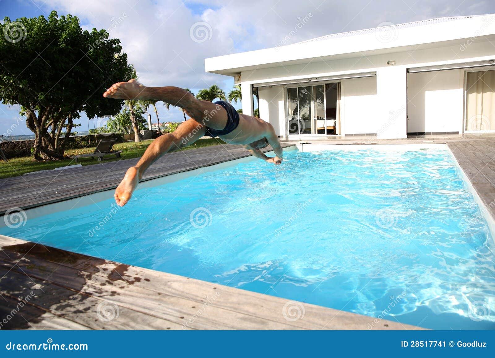 Mergulho do homem na piscina imagem de stock imagem 28517741 - Business plan piscina ...
