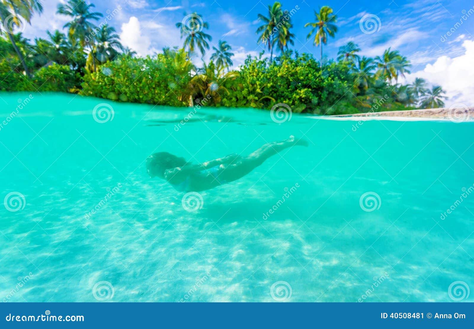 Mergulho fêmea perto da ilha exótica