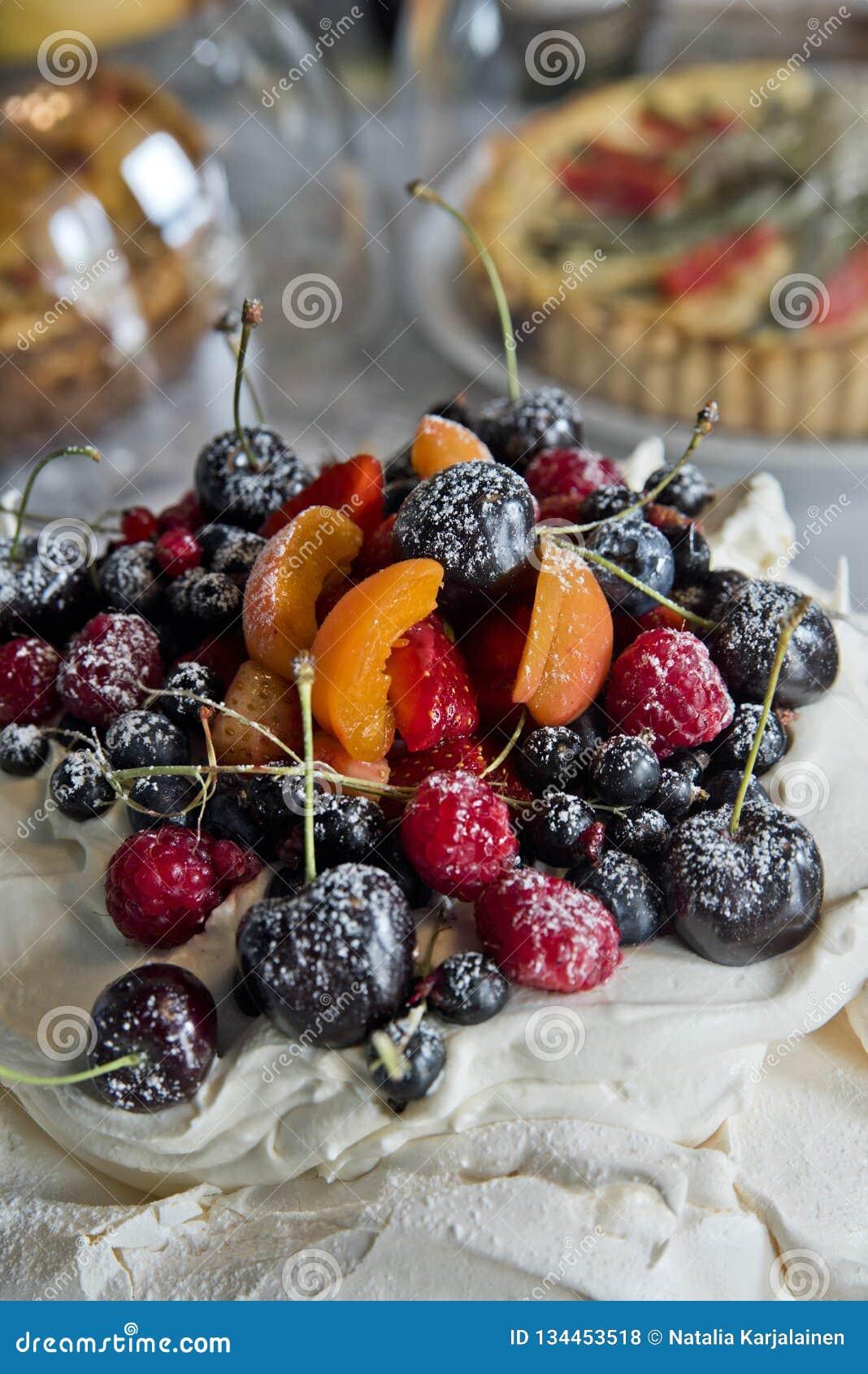 Meringues de gâteau avec des fruits et des baies Groseilles, cerises, framboises et abricots