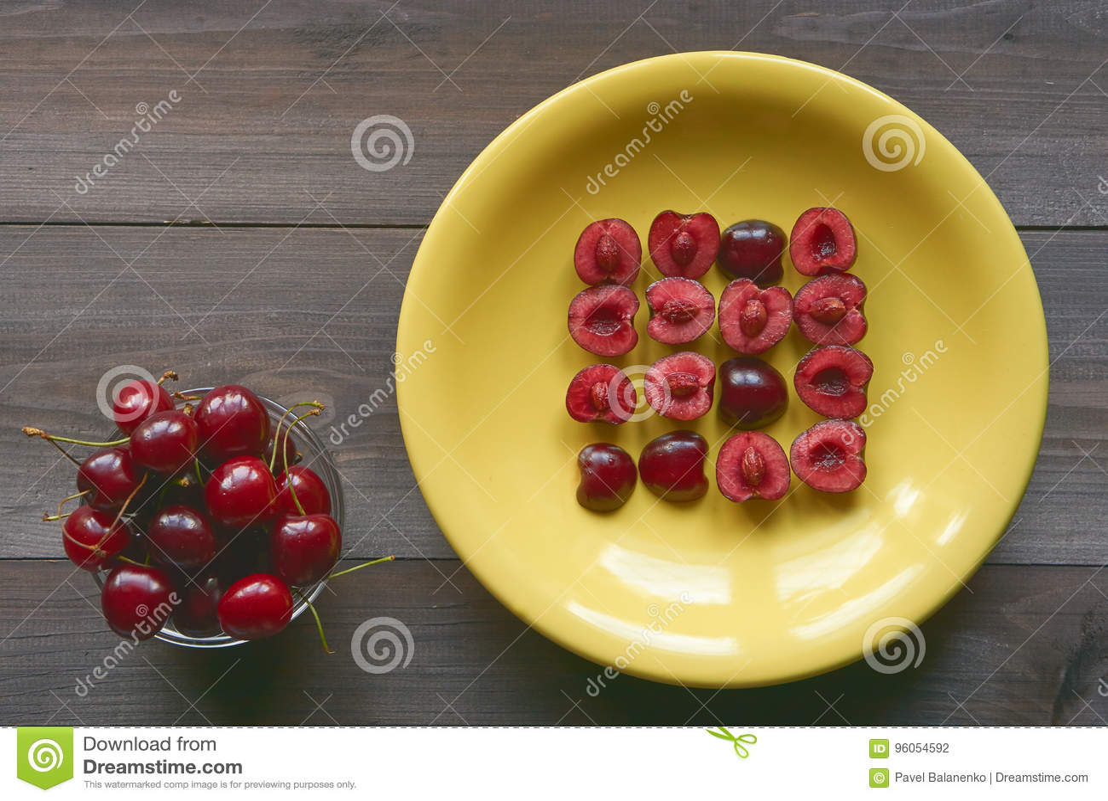 Merise sur la table de cuisine de brun foncé