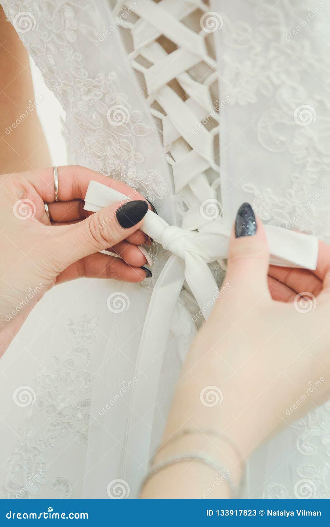 Merlettando sul vestito della sposa Accessori, immagine di nozze