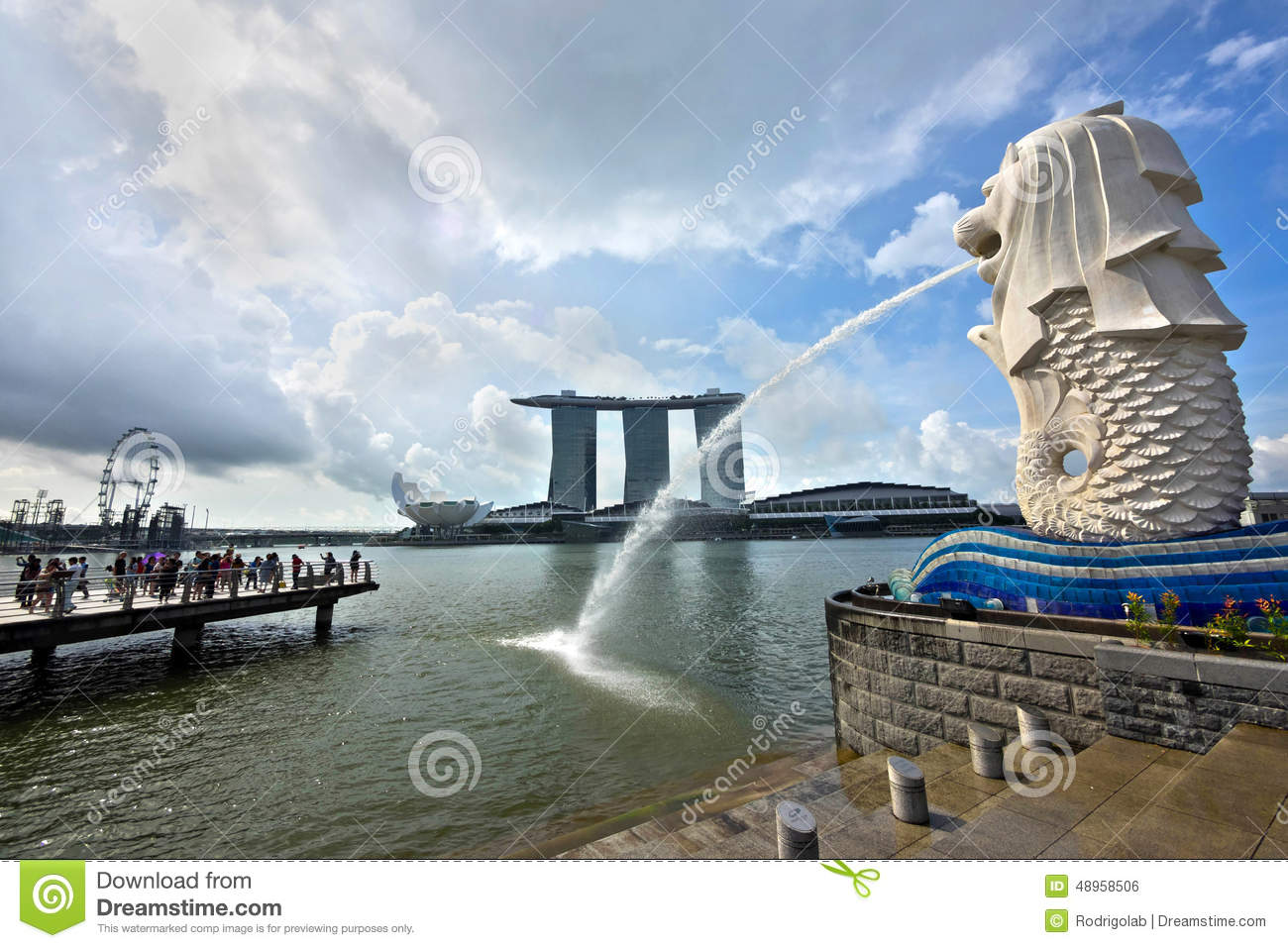 Merlion statue and marina bay sands building in singapore for Famous buildings in singapore