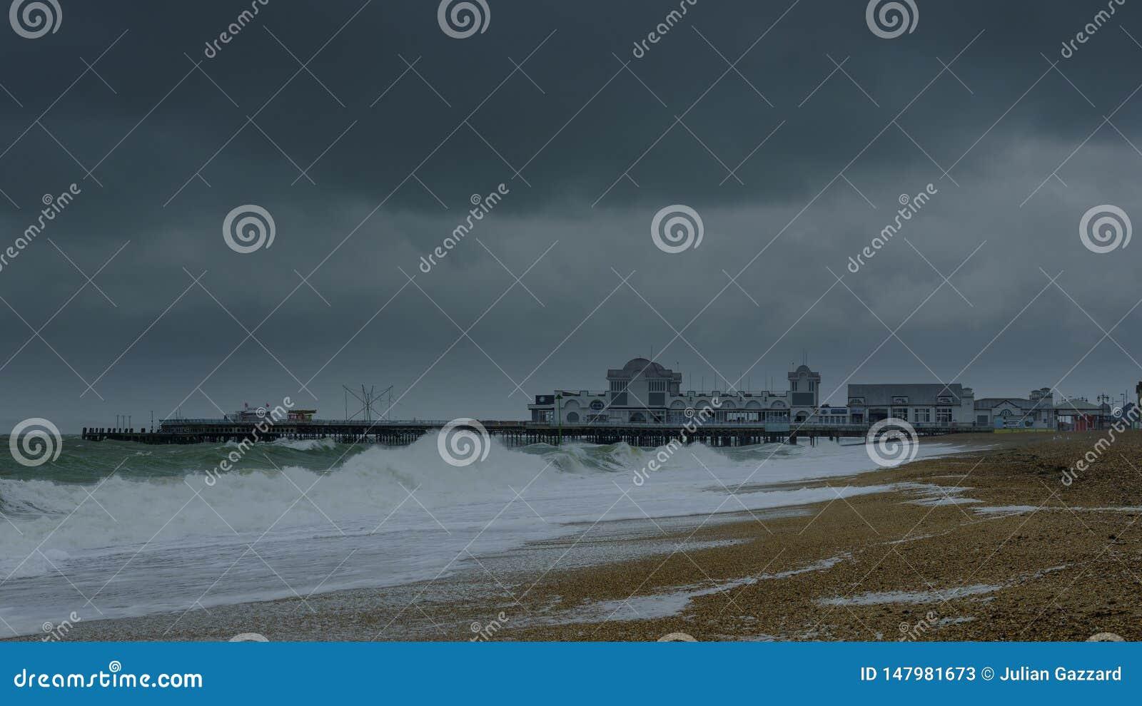 Mers orageuses, vitesse de volet lente et jetée de Southsea, Hampshire, R-U