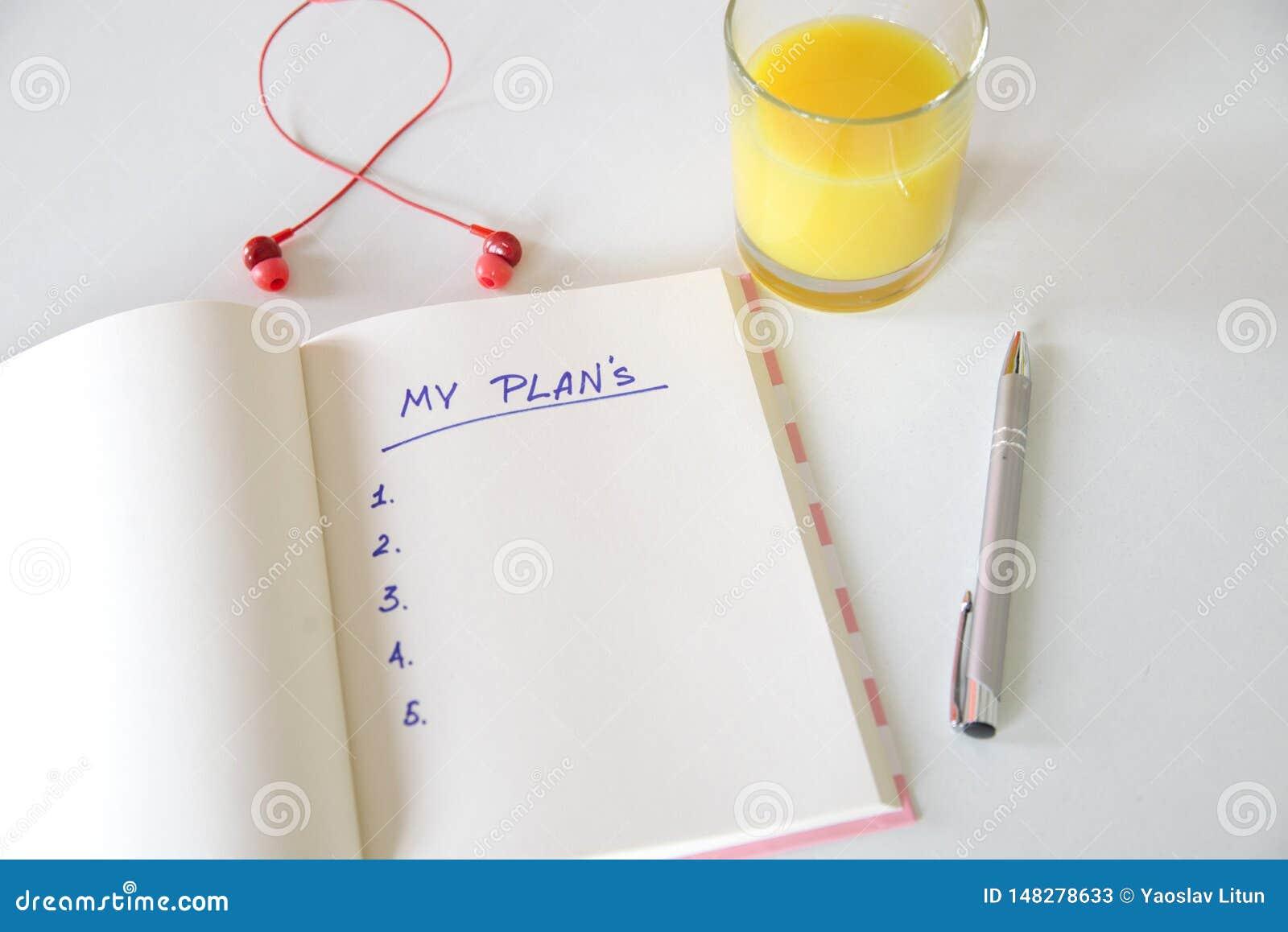 Mes buts ?crits dans un carnet Positionnement de bureau t?l?phone, jus, stylo, t?l?phone et journal intime mes plans, l espace po