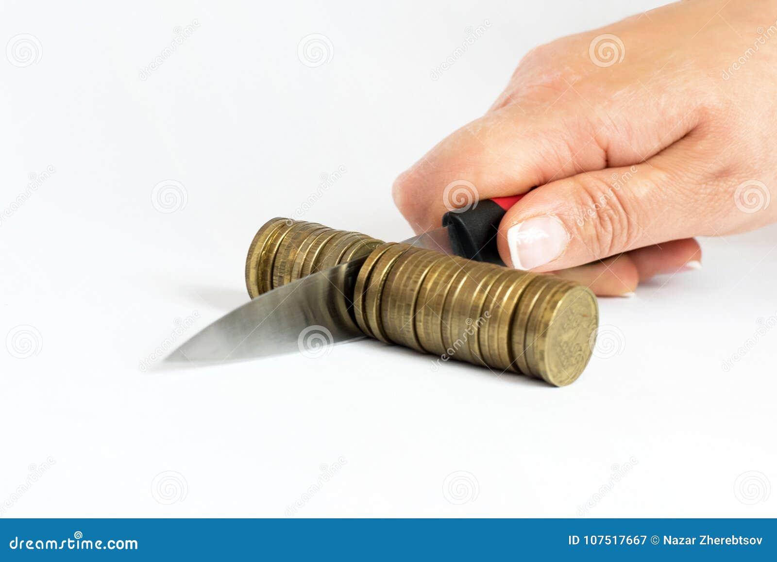 Mes die een stapel van muntstuk snijden