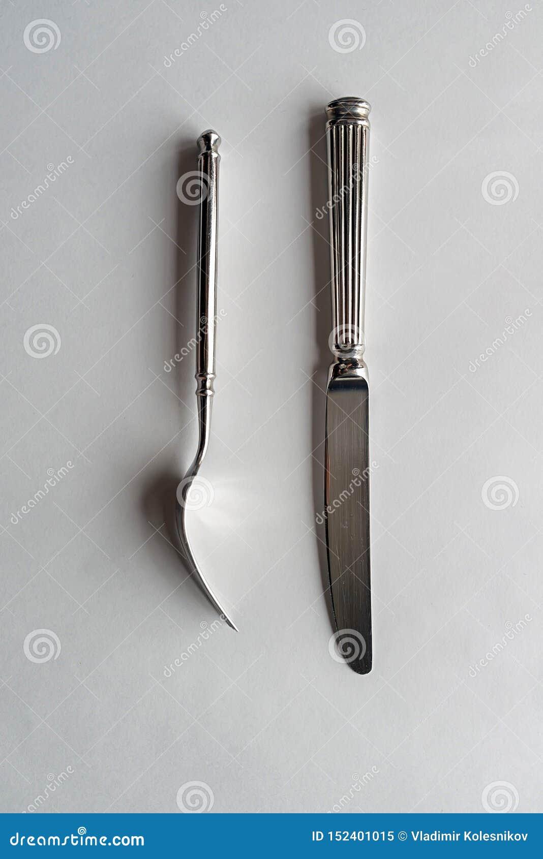 Mes en vork op een witte achtergrond