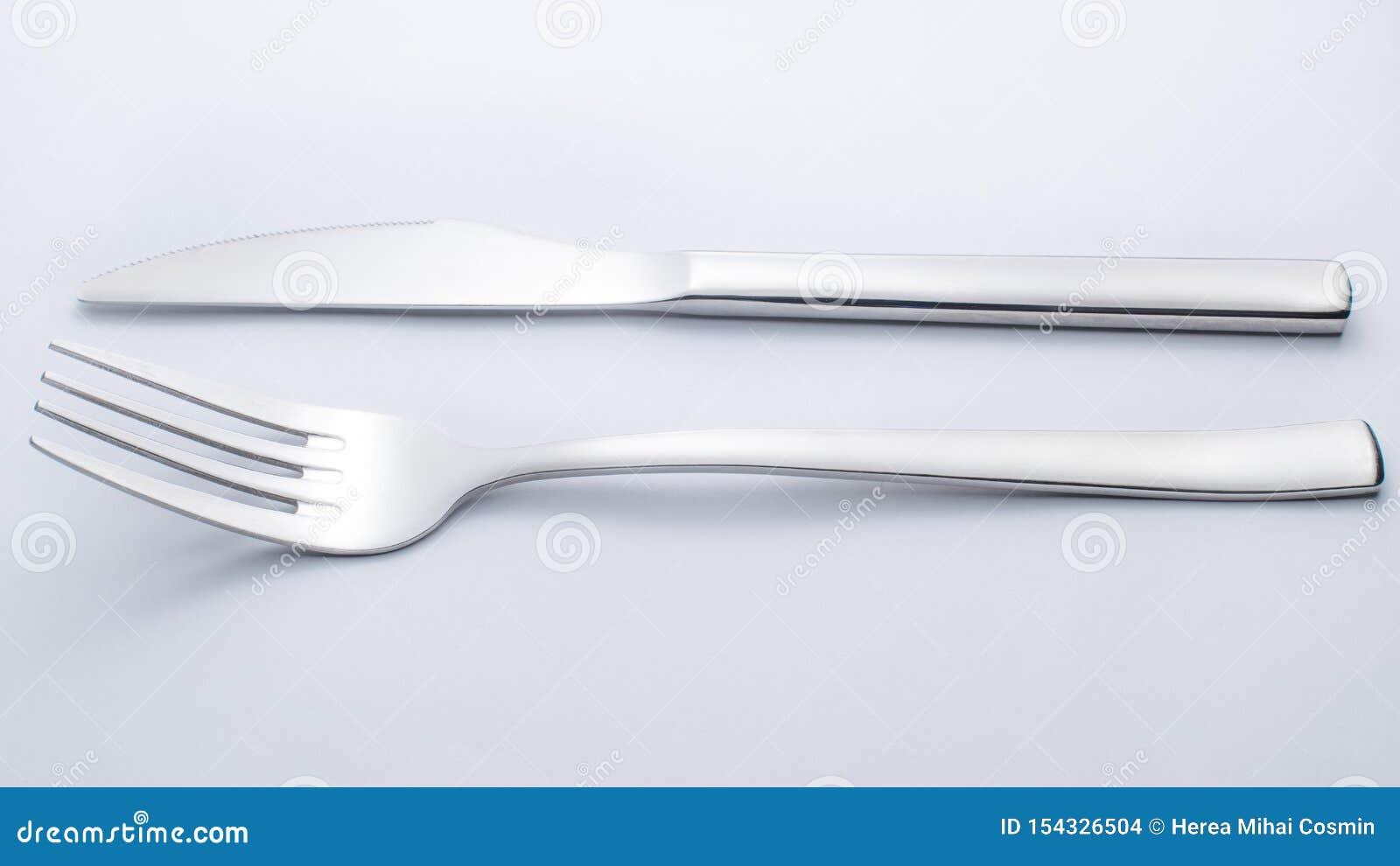 Mes en vork op witte achtergrond