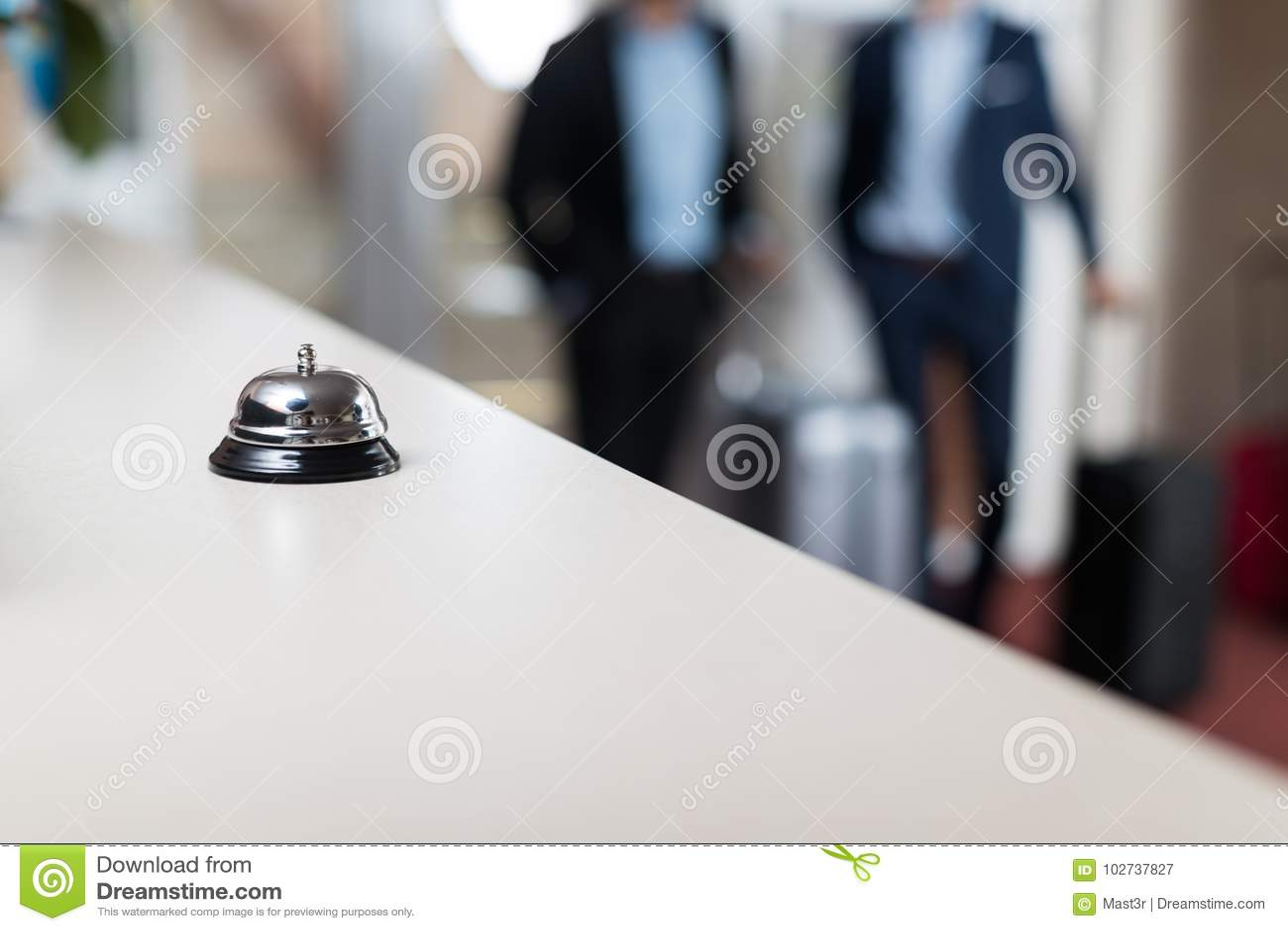 Mesa com contador moderno da recepção do hotel de luxo de Bell