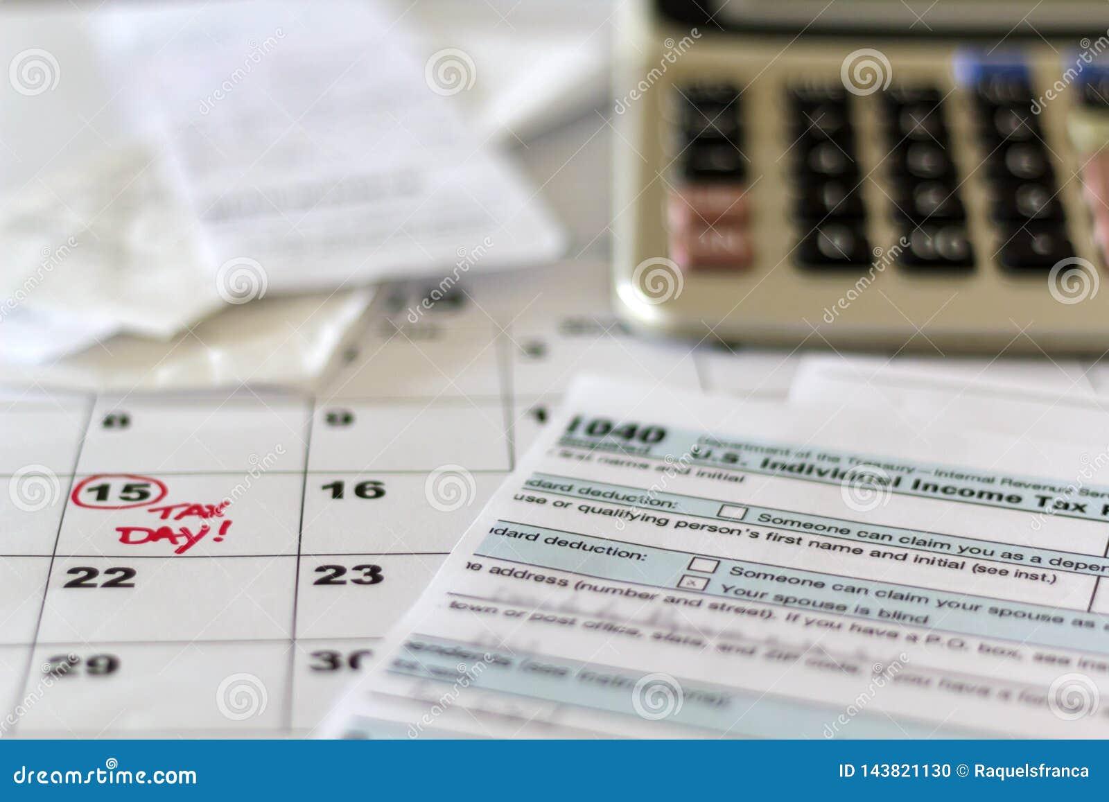 Mesa com formulário de imposto, recibos, calculadora e calendário Conceito da tributação explicar financeiro