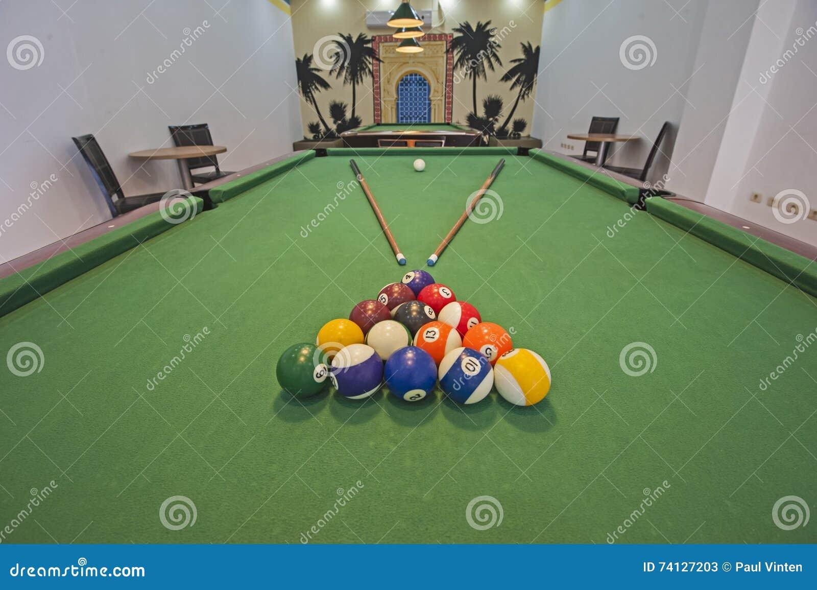 Mesa de billar de los billares en un cuarto de juegos