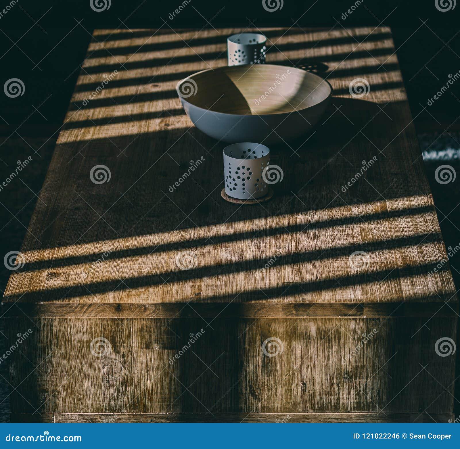 Mesa de centro de madeira com sombras da luz solar
