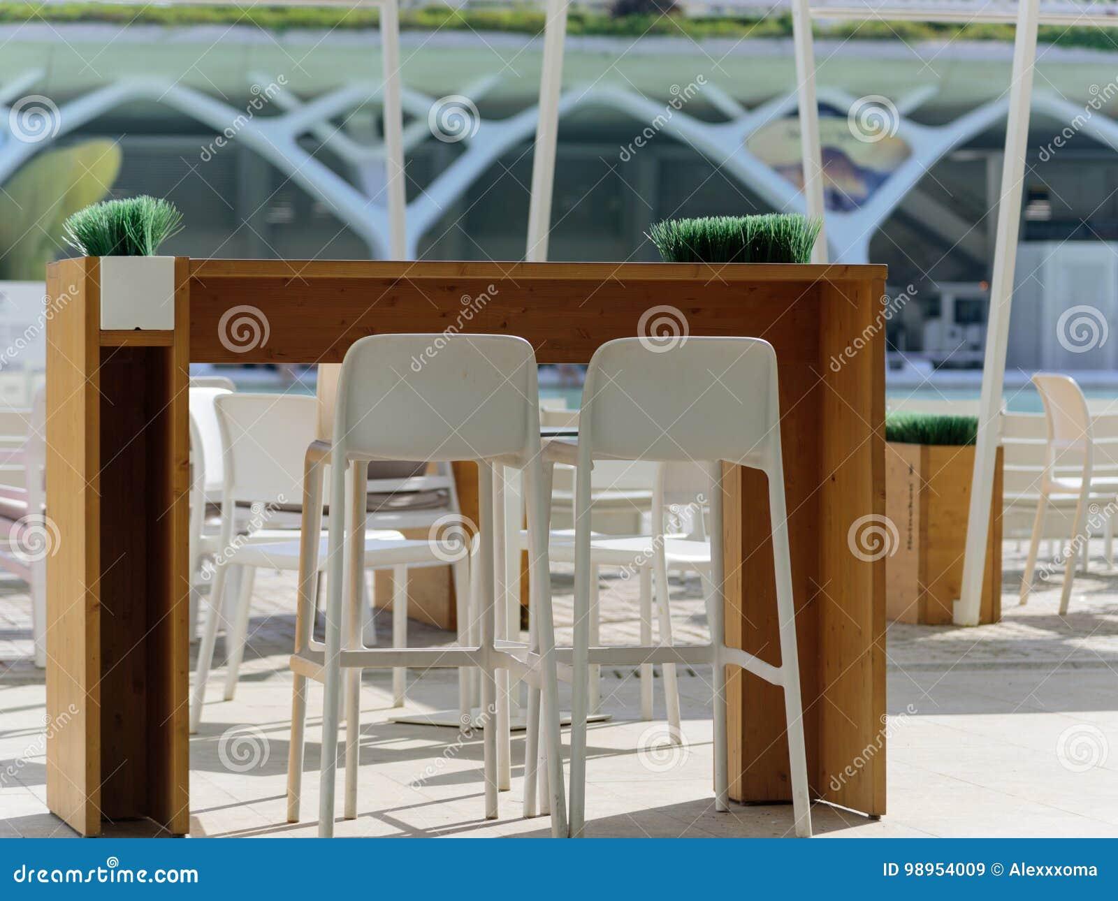 Mesa De Comedor Al Aire Libre Del Restaurante En Sol En La Ciudad De ...