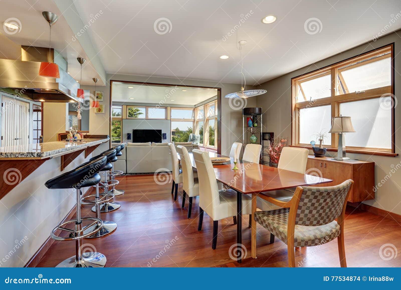 Mesa de comedor de madera grande con las sillas blancas en casa acogedora foto de archivo - Mesa de comedor grande ...