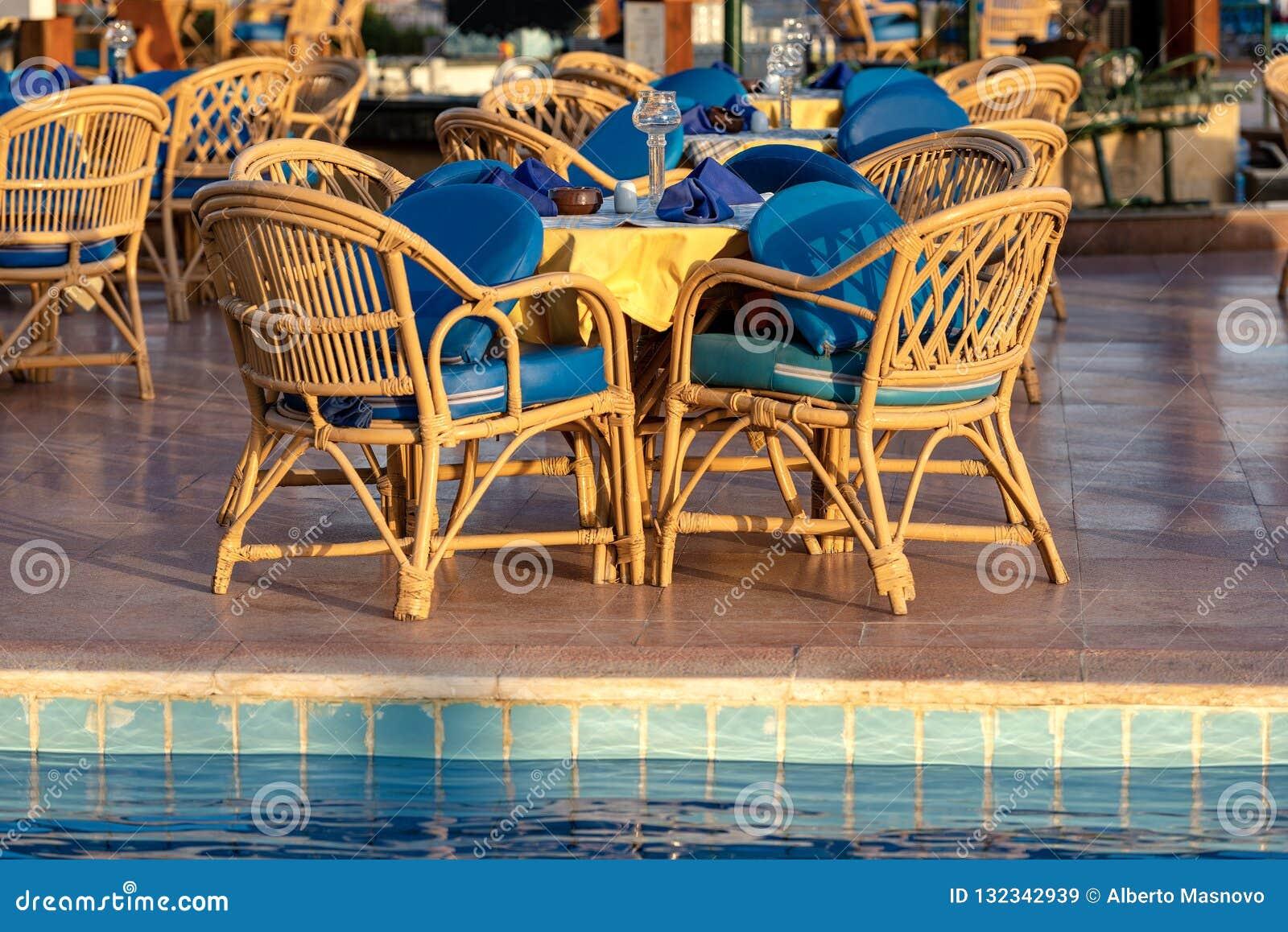 Mesa De Comedor Del Sistema Del Poolside Con Las Sillas De Mimbre ...