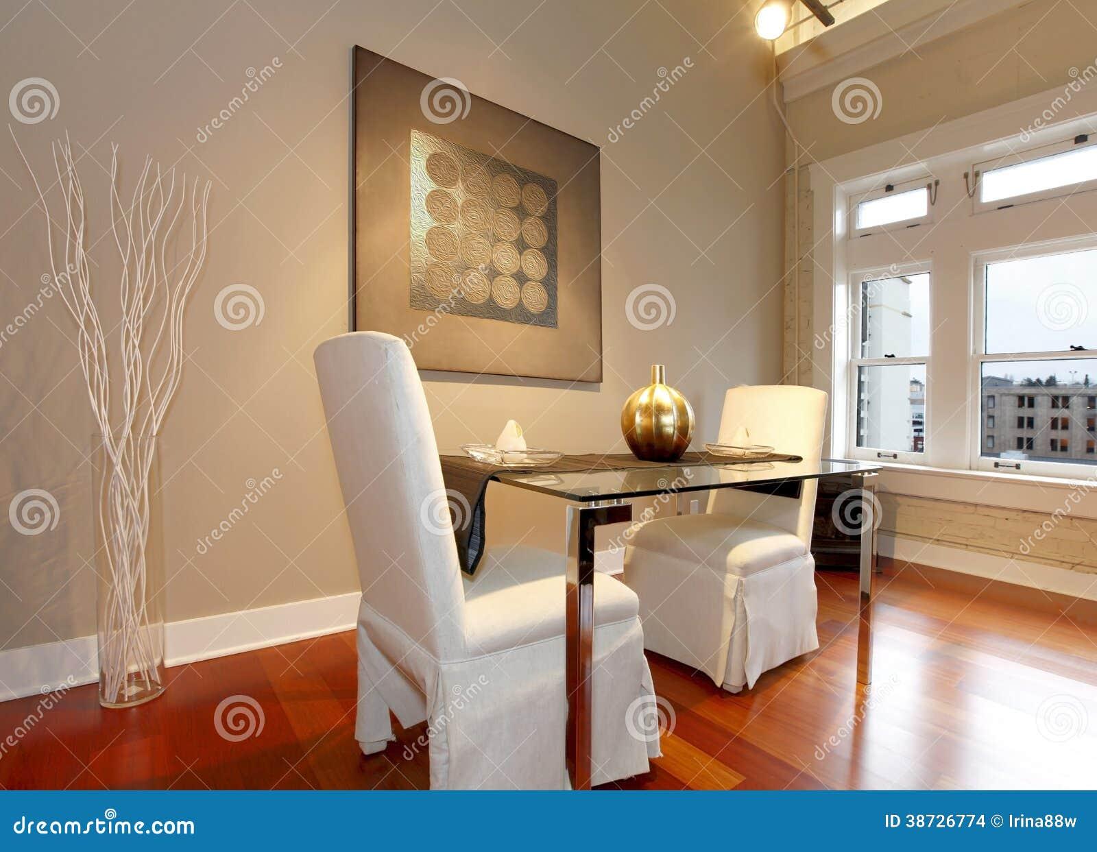 Mesa de comedor elegante fijada en una sala de estar for Mesa de comedor en la sala de estar