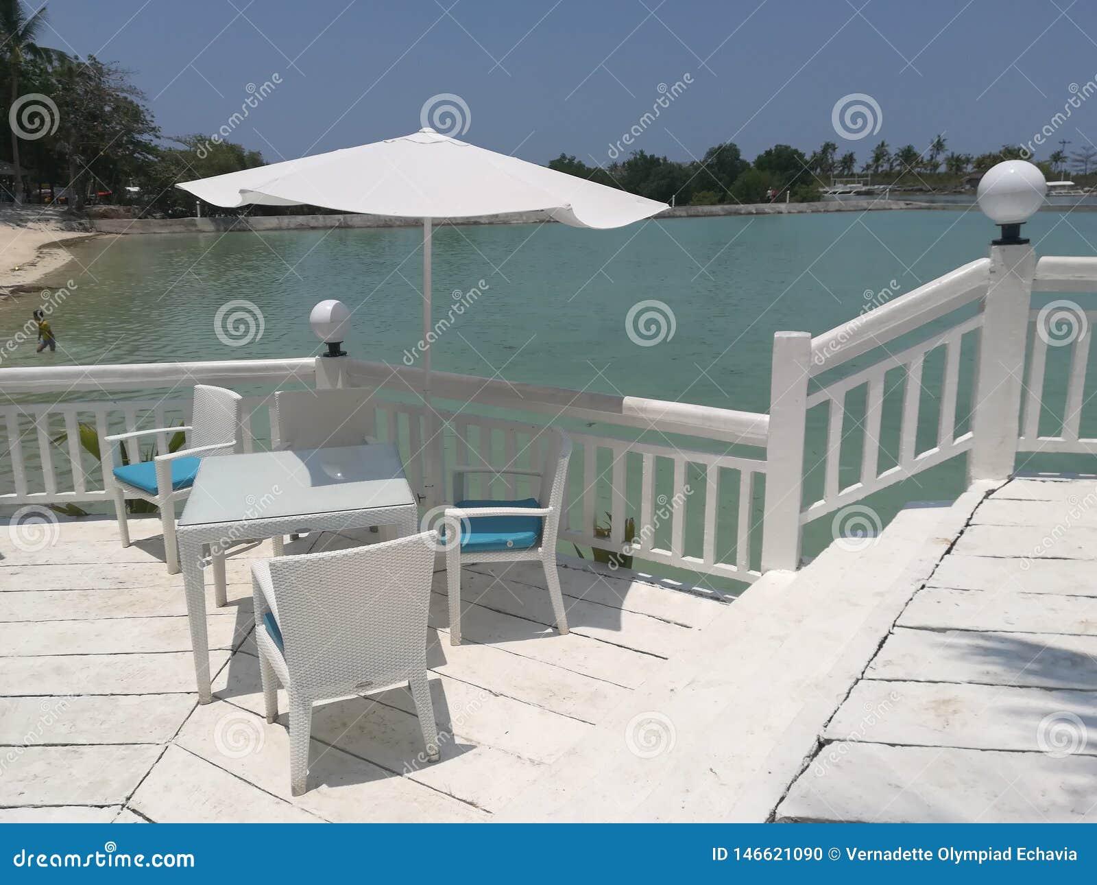 Mesa de comedor en el balcón del complejo playero