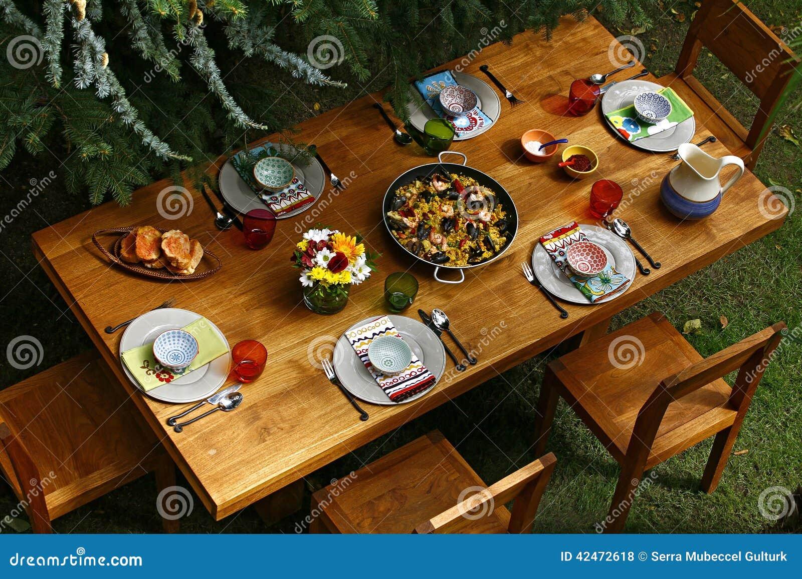 Mesa de comedor española del estilo con la paella, descripción
