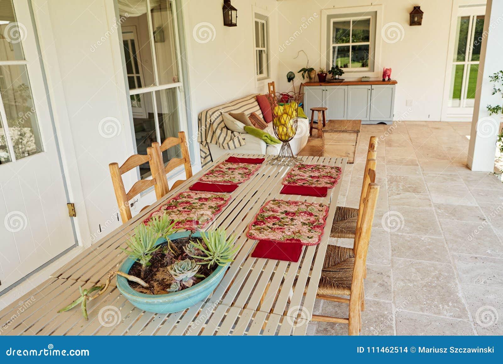 Mesa De Comedor Exterior En El Patio De Un Hogar Del País ...