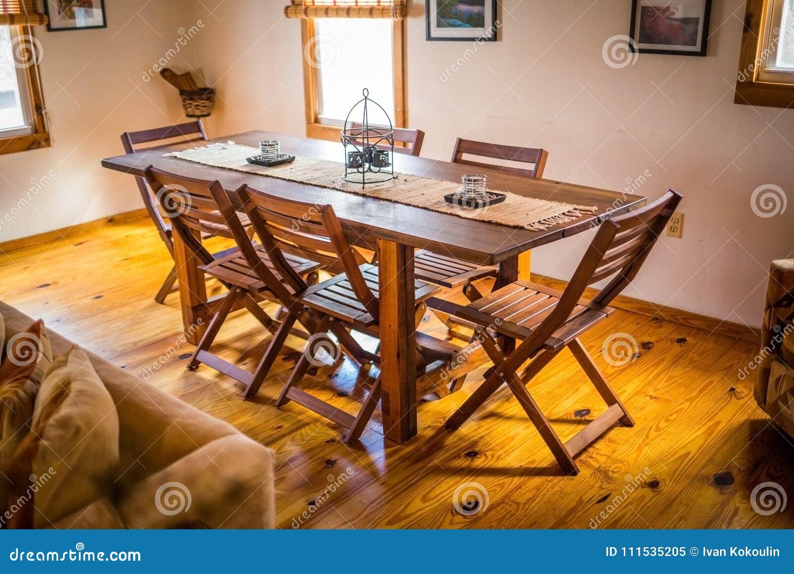 Mesa De Comedor De Madera Vacía En Casa Imagen editorial - Imagen de ...