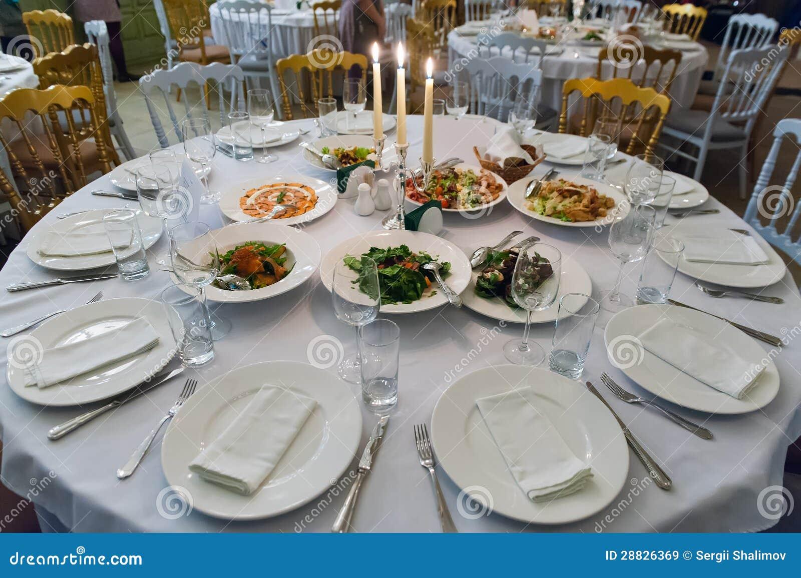 Mesa de comedor redonda imagen de archivo imagen de for Mesa de comedor elegante lamentable