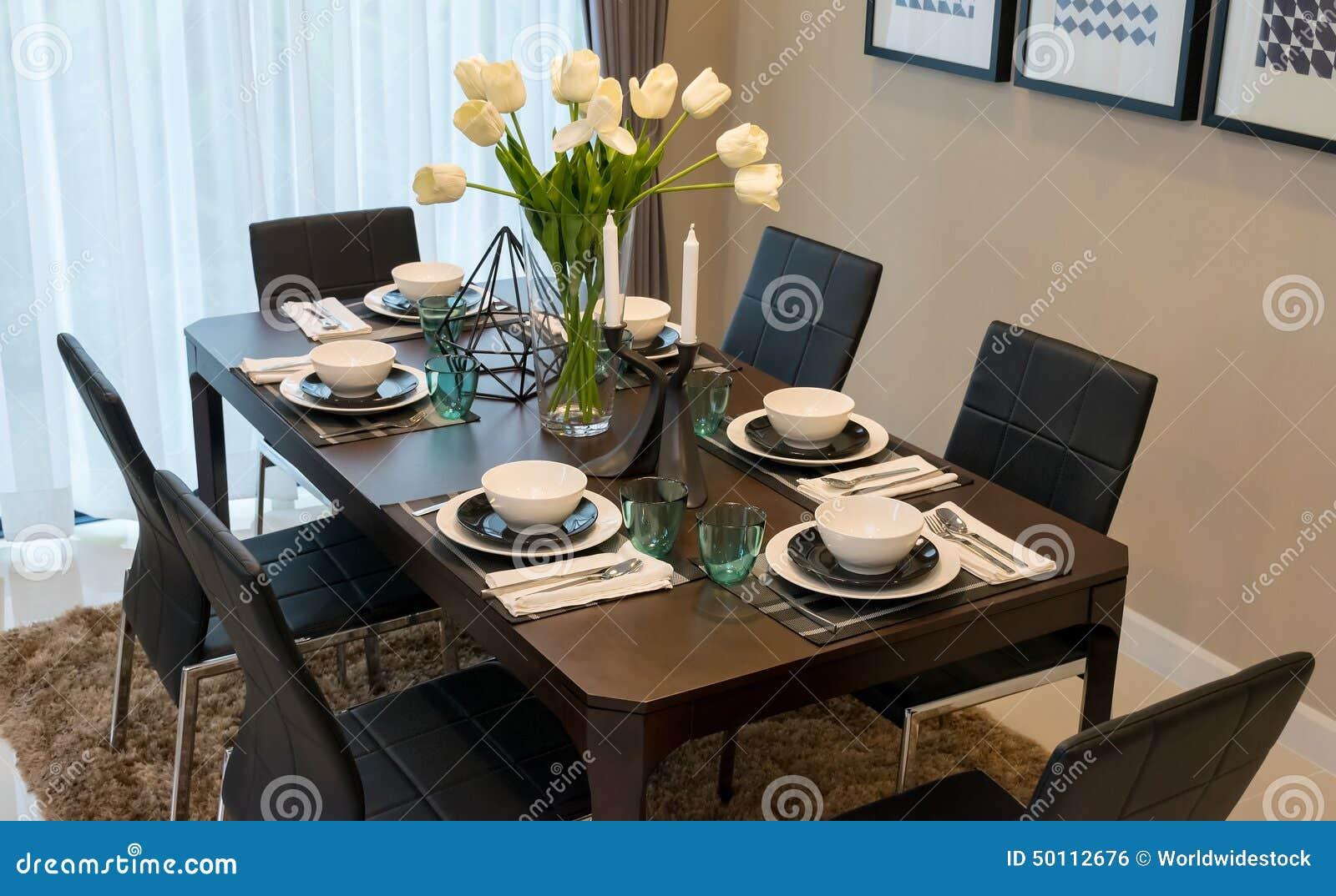 Mesa de comedor y sillas en hogar moderno con elegante - Centros de comedor ...