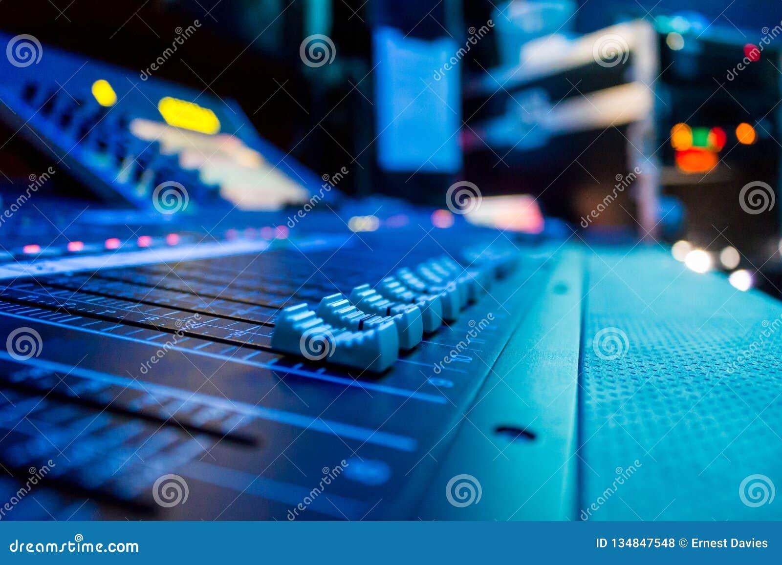 Mesa de console de mistura audio de Digitas do ângulo largo