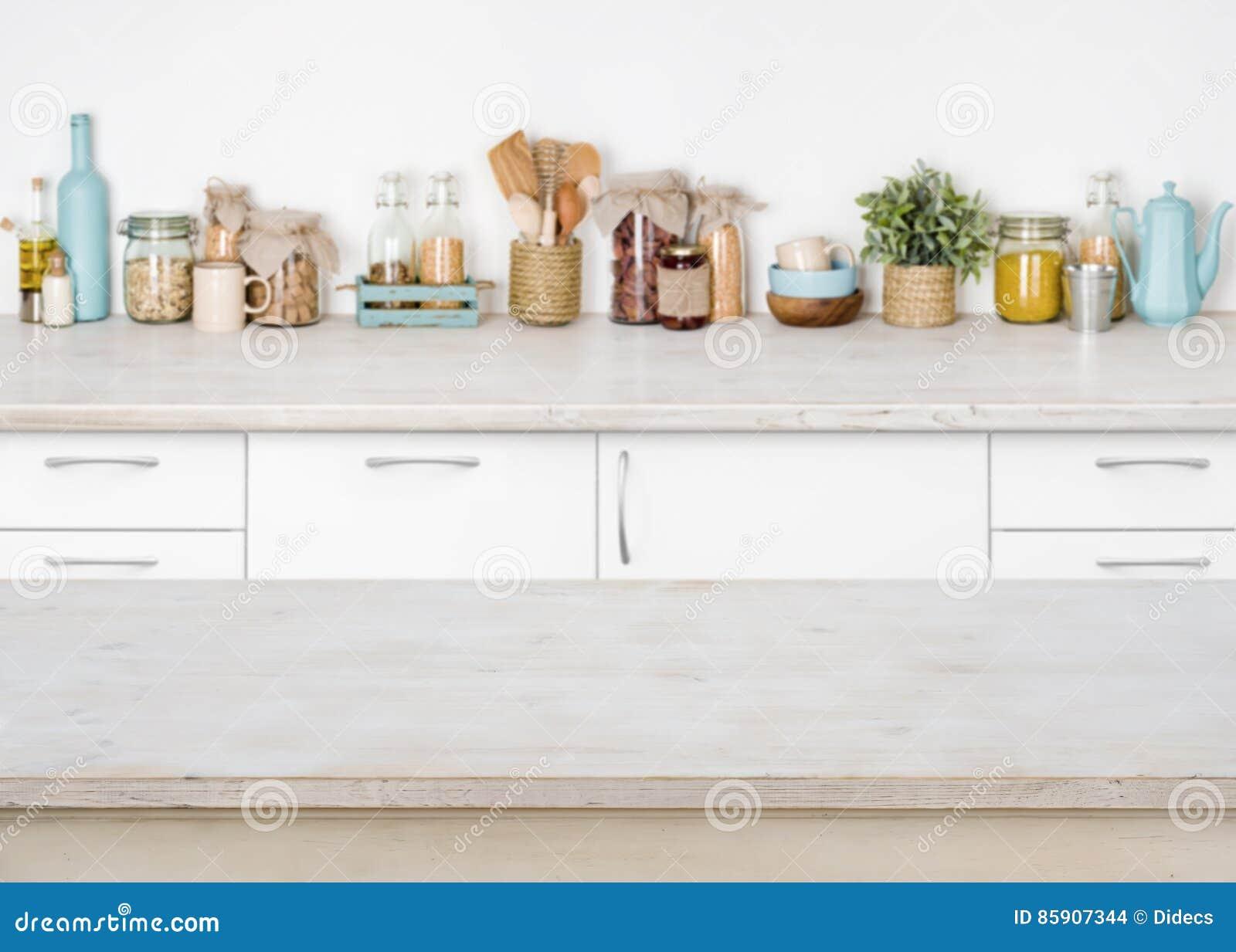 Mesa de cozinha de madeira vazia no fundo borrado de ingredientes de alimento